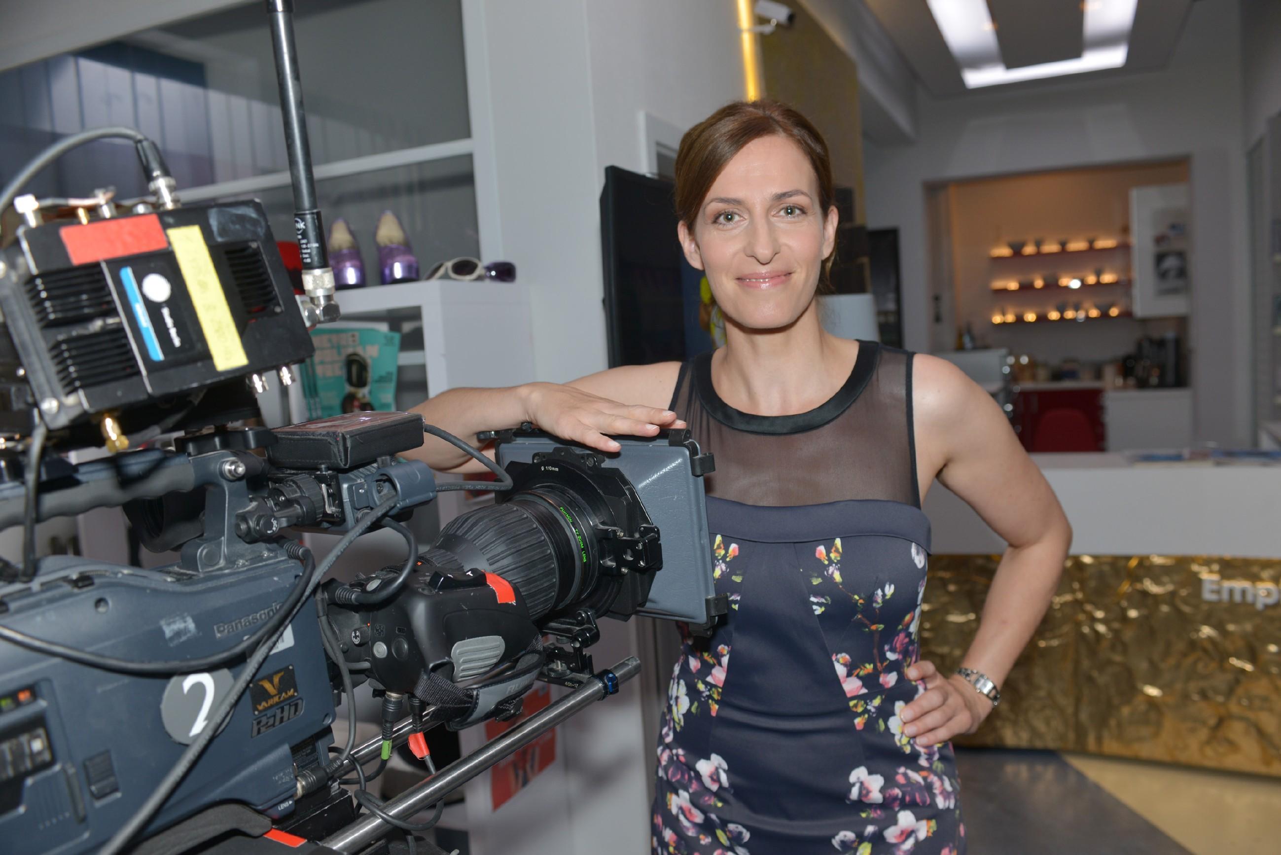 """Ulrike Frank (spielt Katrin), Backstage bei """"Gute Zeiten, schlechte Zeiten"""". (Quelle: © RTL / Baumgartner)"""