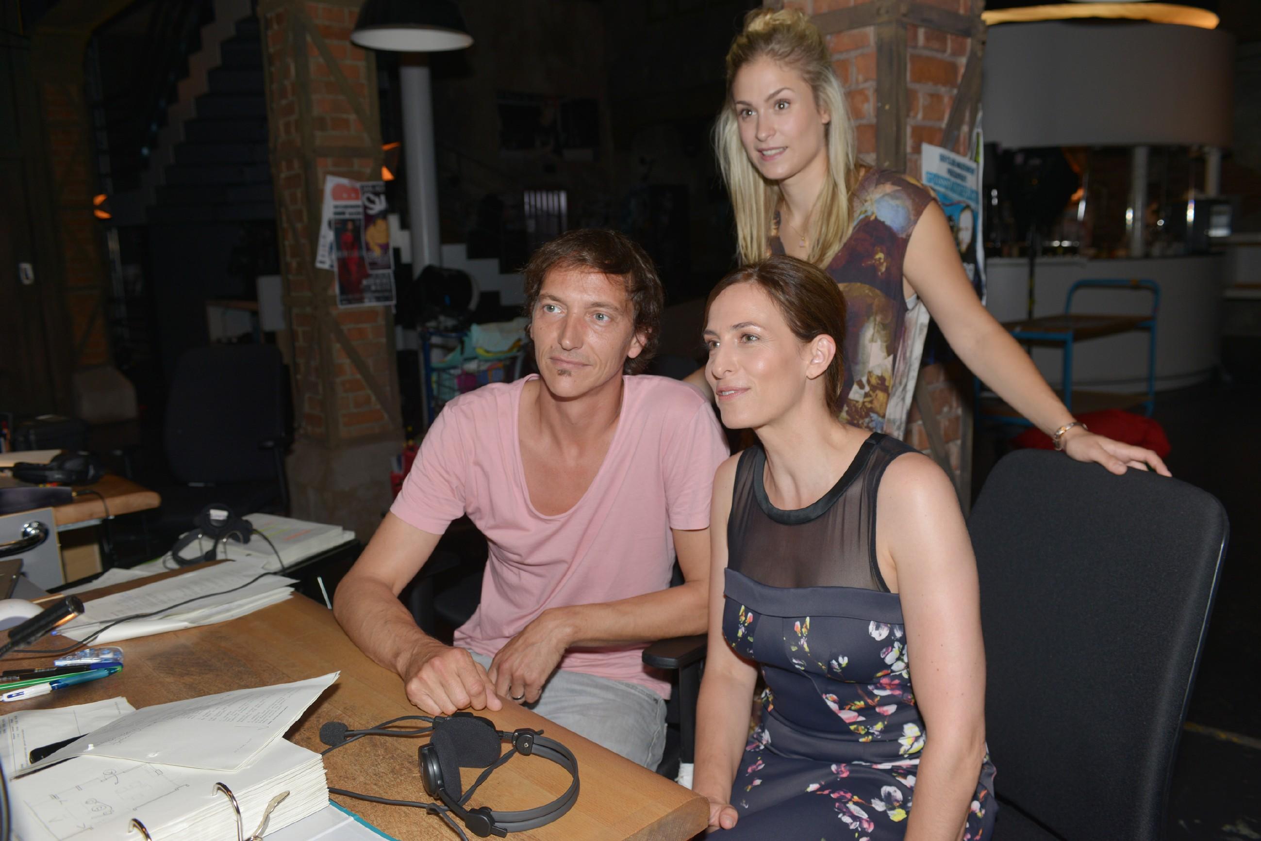 """Ulrike Frank (r., spielt Katrin), und Lea Marlen Woitack (M., spielt Sophie) Backstage mit Regisseur René Wolter bei """"Gute Zeiten, schlechte Zeiten"""". (Quelle: © RTL / Baumgartner)"""