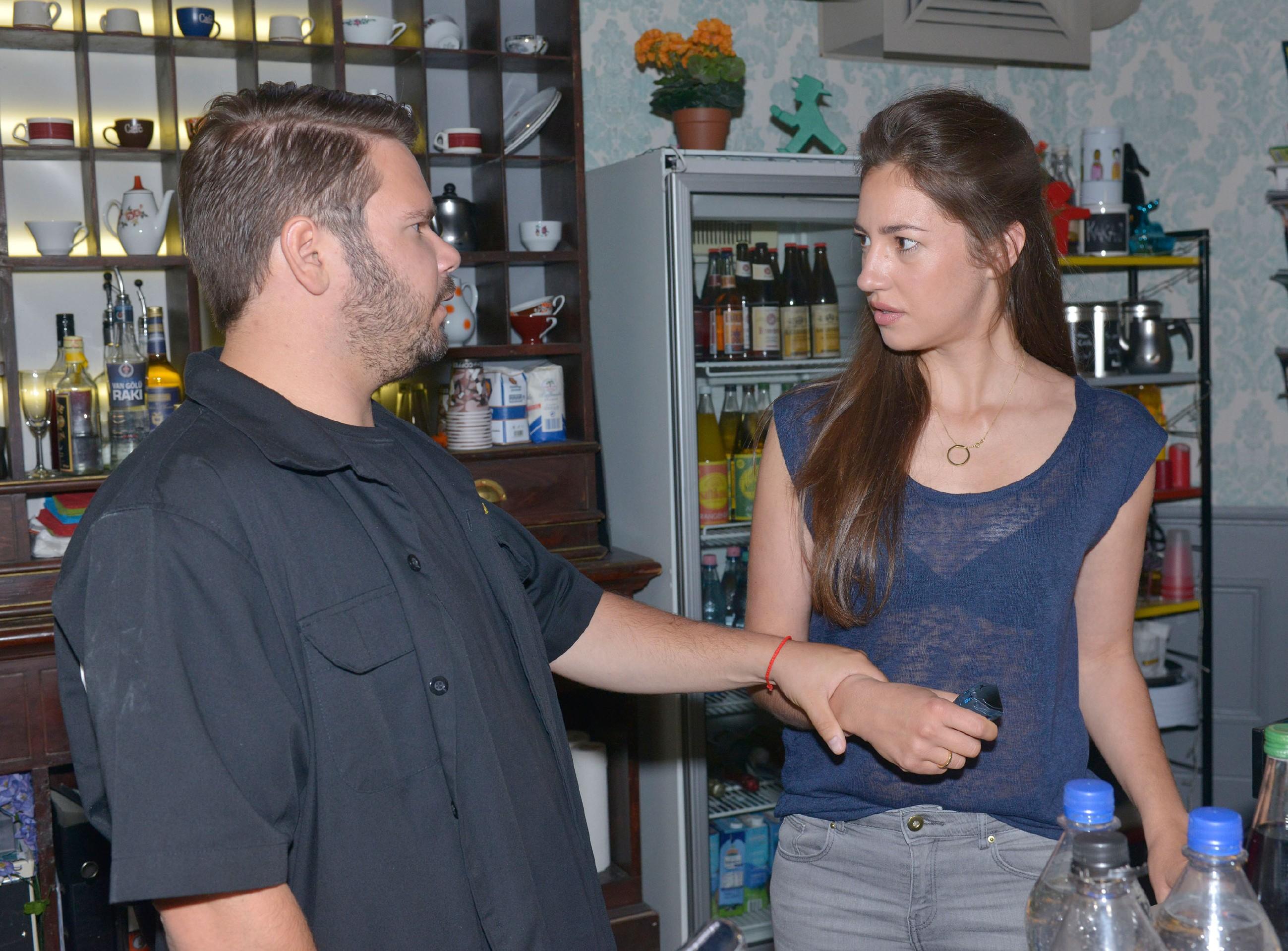 In Elena (Elen Garcia Gerlach) keimt der Verdacht auf, dass Tuner (Thomas Drechsel) der Stalker sein könnte... (Quelle: RTL / Rolf Baumgartner)