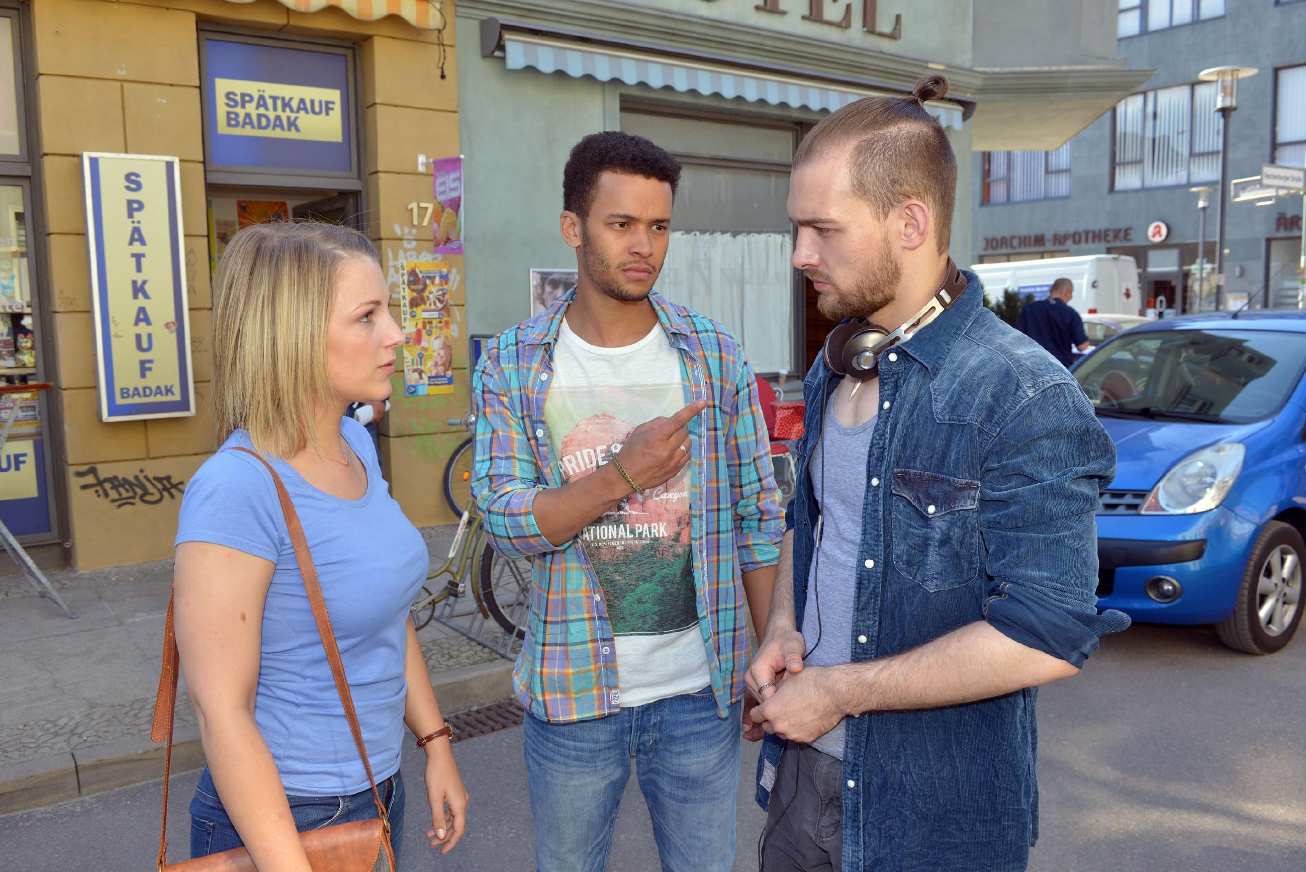 Als Lilly (Iris Mareike Steen) dahinterkommt, dass Chris (Eric Stehfest, r.) sie und Amar (Thando Walbaum) bei der Ausländerbehörde verraten hat, lässt sie ihn ihre ganze Verachtung spüren... (Quelle: RTL / Rolf Baumgartner)
