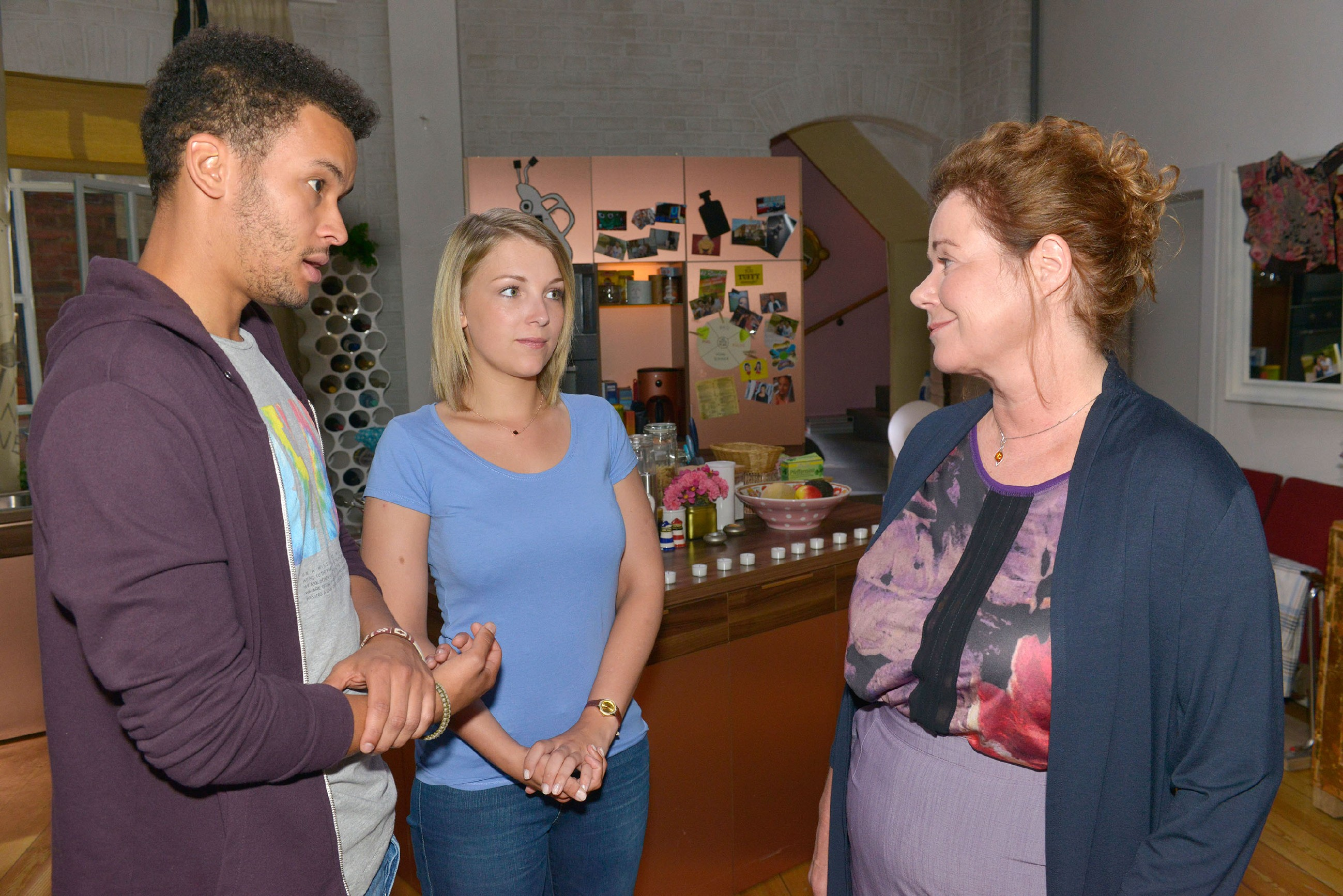 Bärbel Butz (Verena Berger, r.) von der Ausländerbehörde hat den Verdacht, dass Amar (Thando Walbaum) und Lilly (Iris Mareike Steen) ein Paar sind. (Quelle: RTL / Rolf Baumgartner)