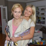 Sophie (Lea Marlen Woitack, l.) findet bei Sunny (Valentina Pahde) ein offenes Ohr für ihren Ärger mit Leon. (Quelle: RTL / Rolf Baumgartner)