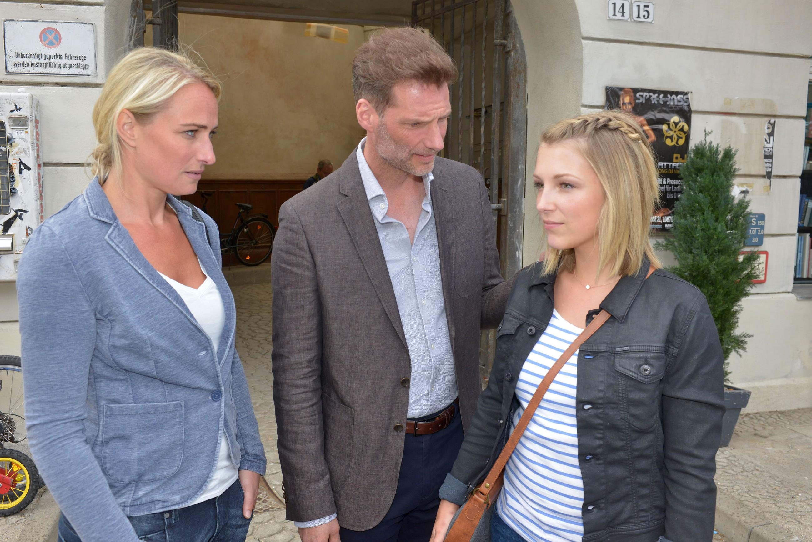 Maren (Eva Mona Rodekirchen, l.) ist dankbar, dass Alexander (Clemens Löhr) sie dabei unterstützt, Lilly (Iris Mareike Steen) aufzumuntern. (Quelle: © RTL / Rolf Baumgartner)
