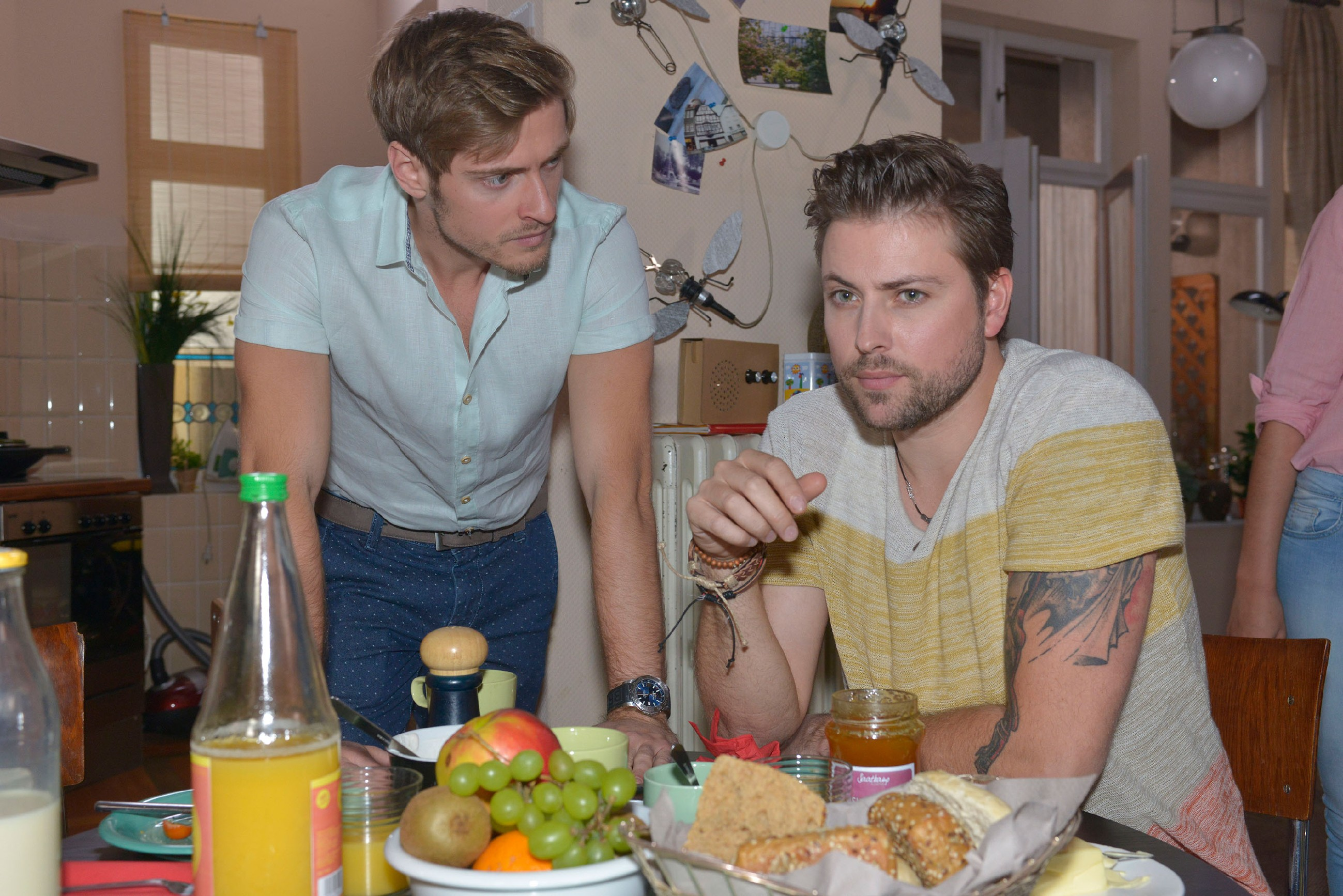 Philip (Jörn Schlönvoigt, l.) geht John (Felix von Jascheroff) wegen Elena eifersüchtig an. (Quelle: © RTL / Rolf Baumgartner)