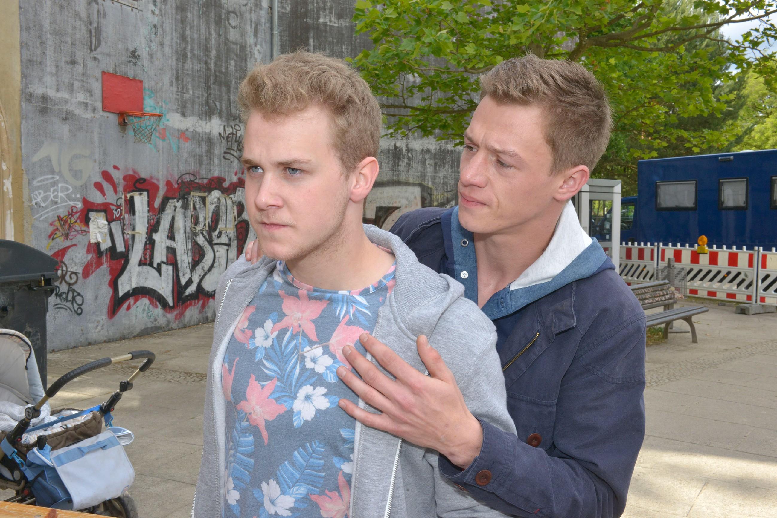 Vince (Vincent Krüger, r.) versucht den aufgebrachten Jonas (Felix van Deventer) zu beruhigen, der sich bei dem Polizeieinsatz gegen Amar mit einer kopflosen Aktion in Gefahr bringt...