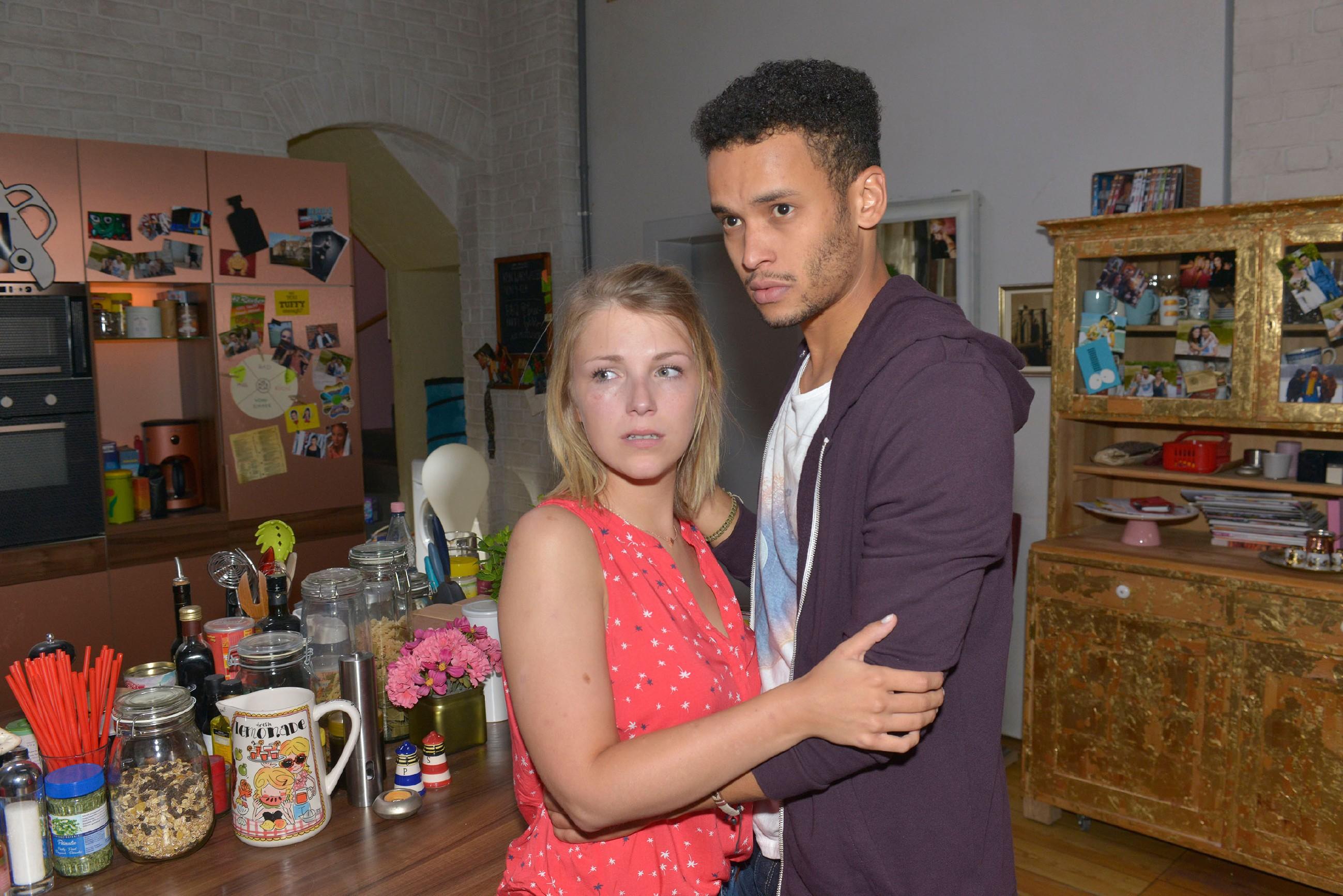 Lilly (Iris Mareike Steen) und Amar (Thando Walbaum) haben sich zwar in der WG verbarrikadieren können, doch nun sitzen sie in der Falle: Wie sollen sie dem Polizeiaufgebot entkommen? (Quelle: © RTL / Rolf Baumgartner)