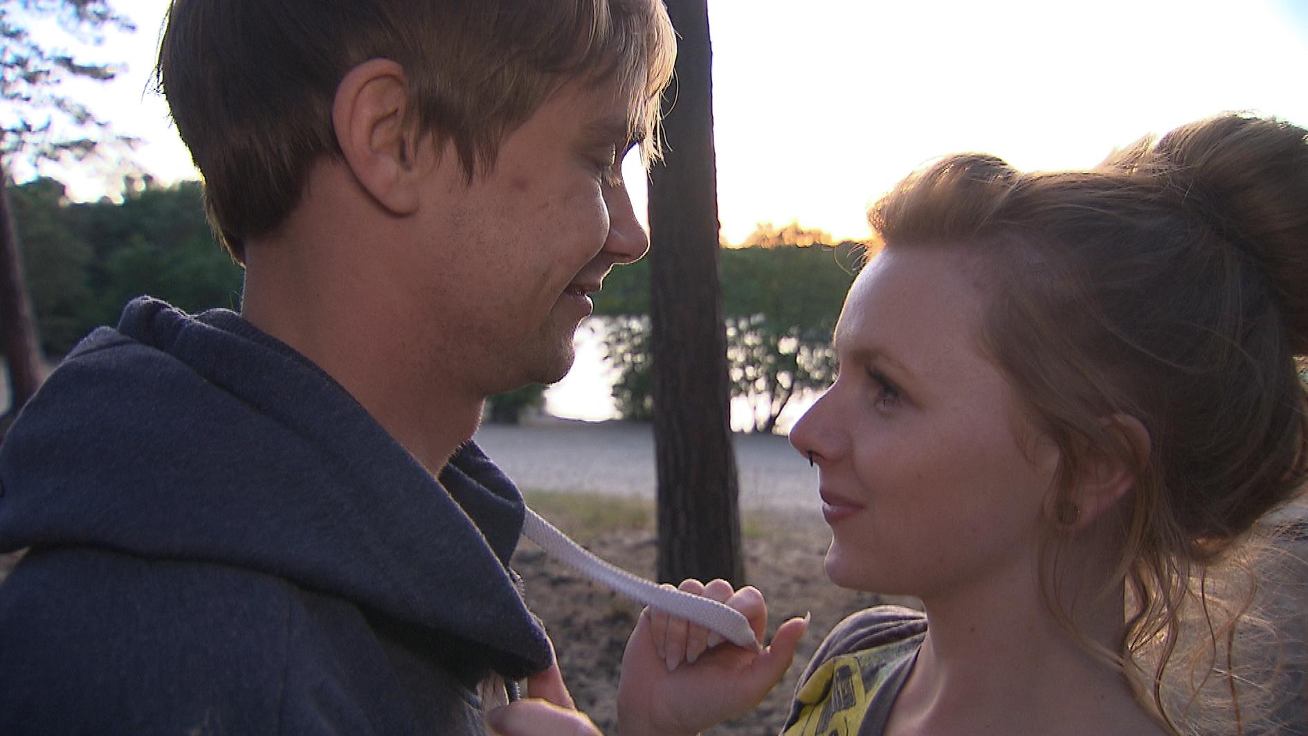 Bei einem gemeinsamen Campingausflug will Schmidti (li.) seiner großen Liebe Emmi näher kommen. Diese flüchtet aber lieber vor ihren Gefühlen und lässt sich auf einen Flirt mit Mick ein, was Schmidti tief verletzt. (Quelle: RTL 2)