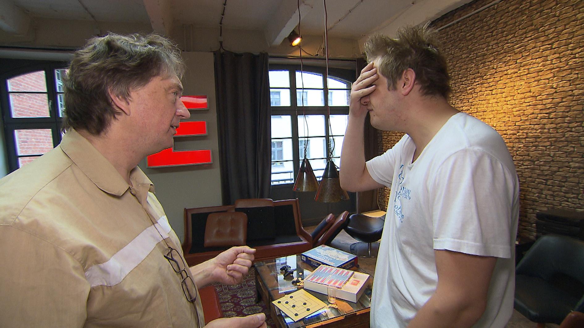 """Gerade erst hatten sich Ole und sein Vater angenähert, als ihre Beziehung erneut auf eine harte Probe gestellt wird: Helge hat ihren gemeinsam entwickelten """"Aphro-Shot"""" an Oles Frettchen getestet, die nun in Lebensgefahr schweben. (Quelle: RTL 2)"""