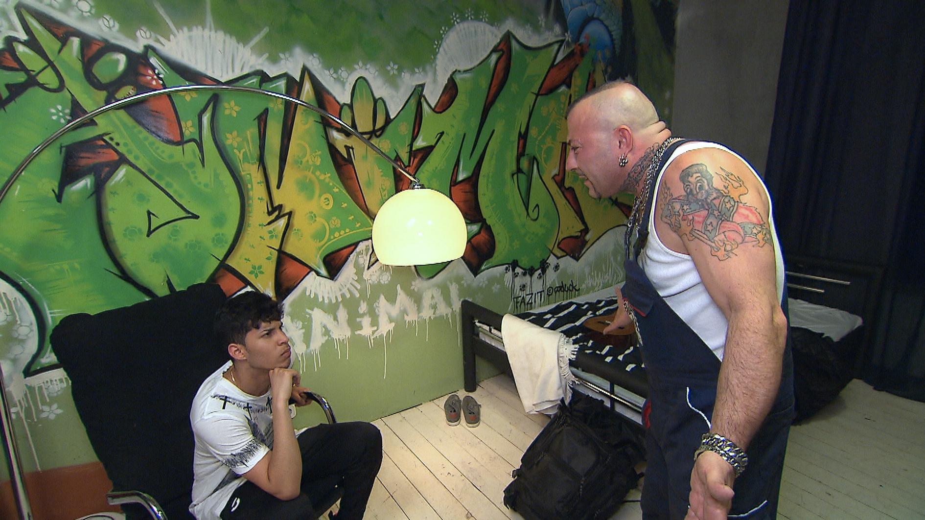 Fabrizio (re.) beobachtet mit Argwohn, dass Benito (li.) sich tatsächlich seinem Halbbruder Aaron annähert. Als Benito Aaron die Werkstatt zeigt, geraten die beiden Brüder in einen Konkurrenzkampf um eine hübsche Kundin. (Quelle: RTL 2)