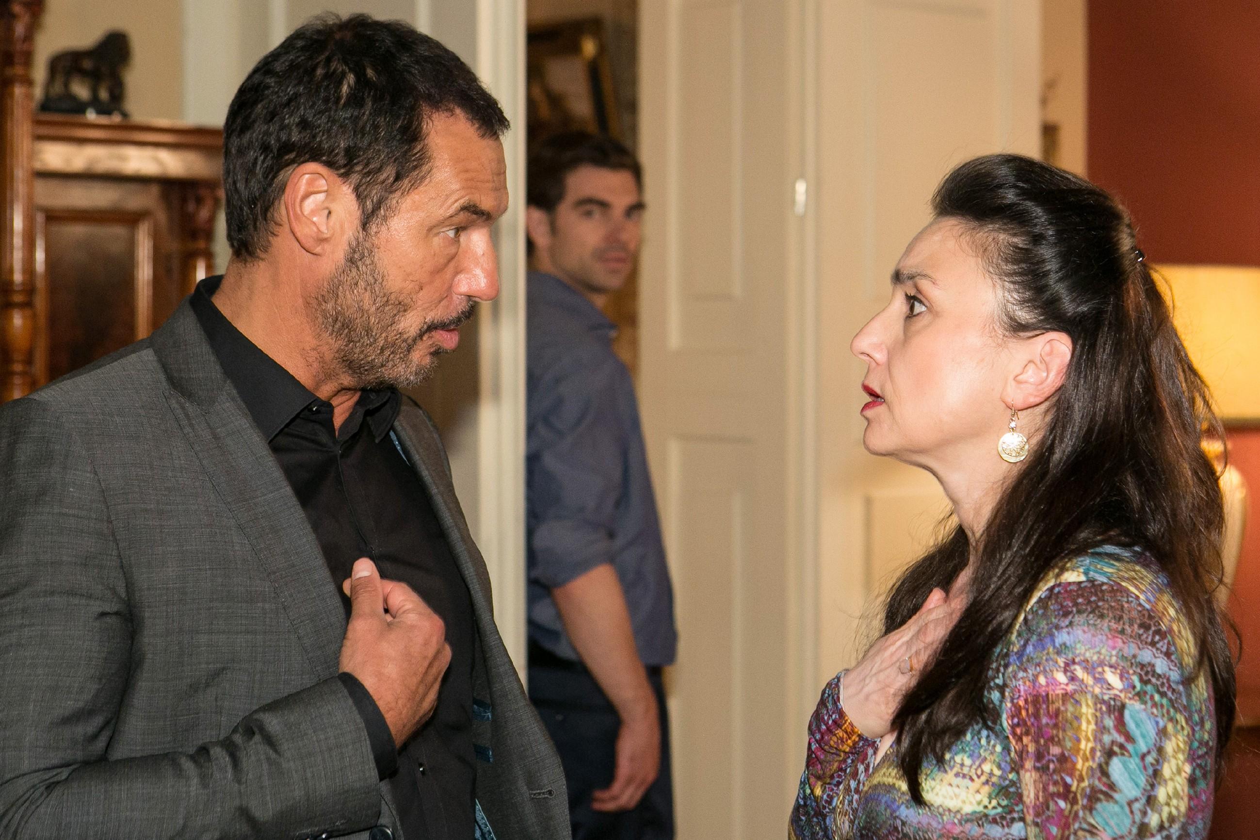 Veit (Carsten Clemens, hinten) beobachtet zufrieden, wie sich Simone (Tatjana Clasing) mit ihrem Misstrauen von Richard (Silvan-Pierre Leirich) und dem Rest der Familie isoliert. (Quelle: © RTL / Kai Schulz)
