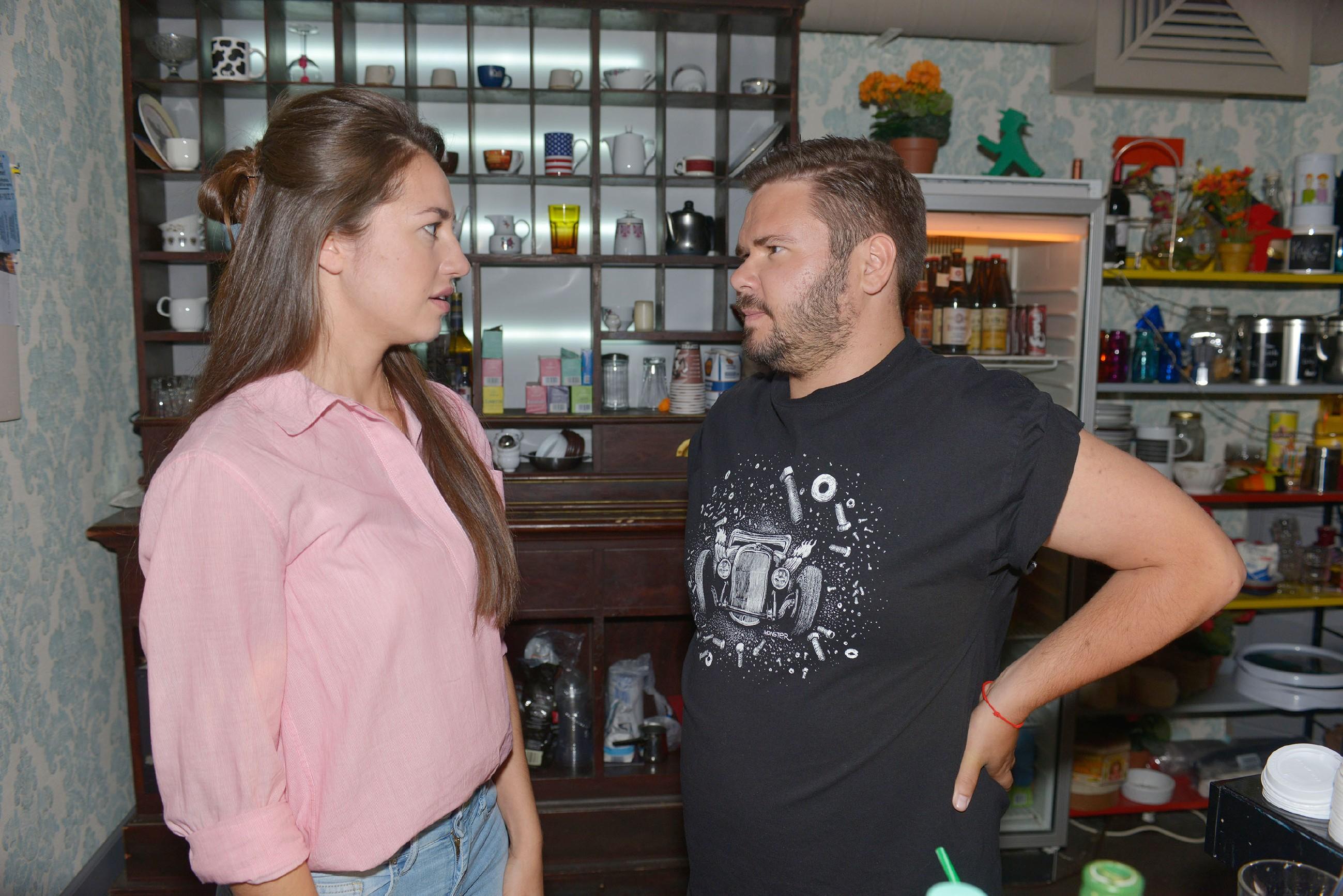 Elena (Elena Garcia Gerlach) versucht sich bei Tuner (Thomas Drechsel) für die falsche Verdächtigung, dass er der Stalker ist, zu entschuldigen.  (Quelle: © RTL / Rolf Baumgartner)