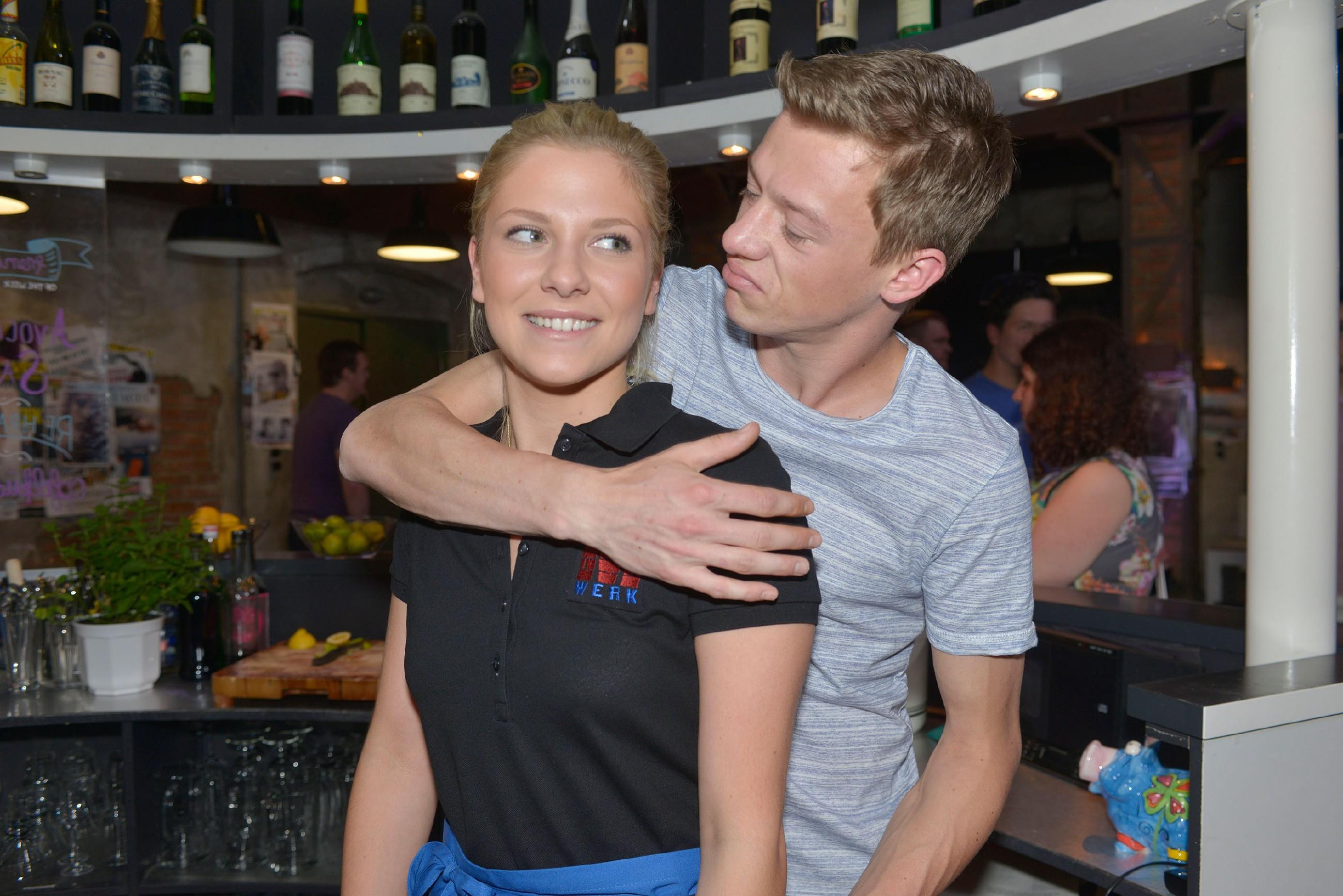 Vince (Vincent Krüger) freut sich mit Sunny (Valentina Pahde), dass sie weiter im Mauerwerk kellnern kann.