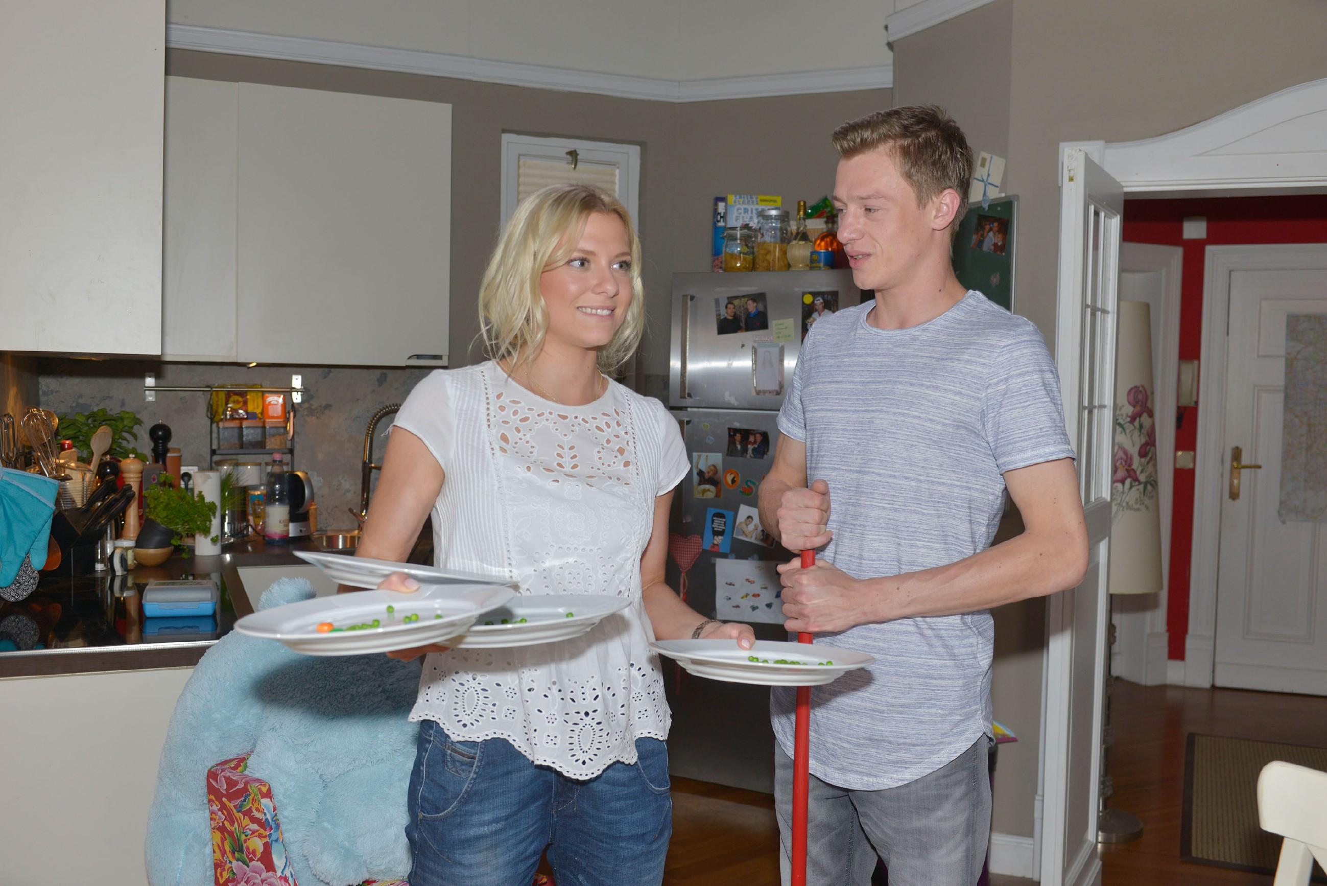 Sunny (Valentina Pahde) arbeitet mit Vince' Hilfe (Vincent Krüger) hart an ihren Kellner-Fähigkeiten, um sich den Job im Mauerwerk zurückzuholen...
