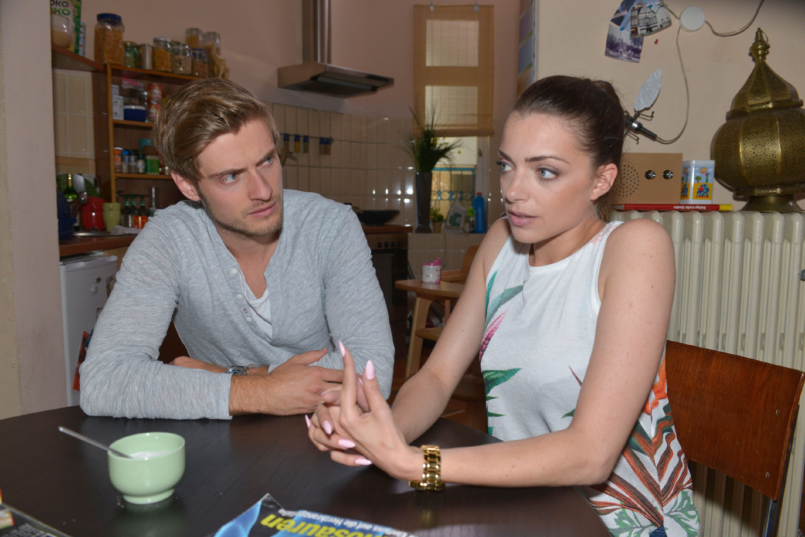 Philip (Jörn Schlönvoigt) fürchtet, als Stalker enttarnt worden zu sein und sucht Rat bei Emily (Anne Menden). (Quelle: © RTL / Rolf Baumgartner)
