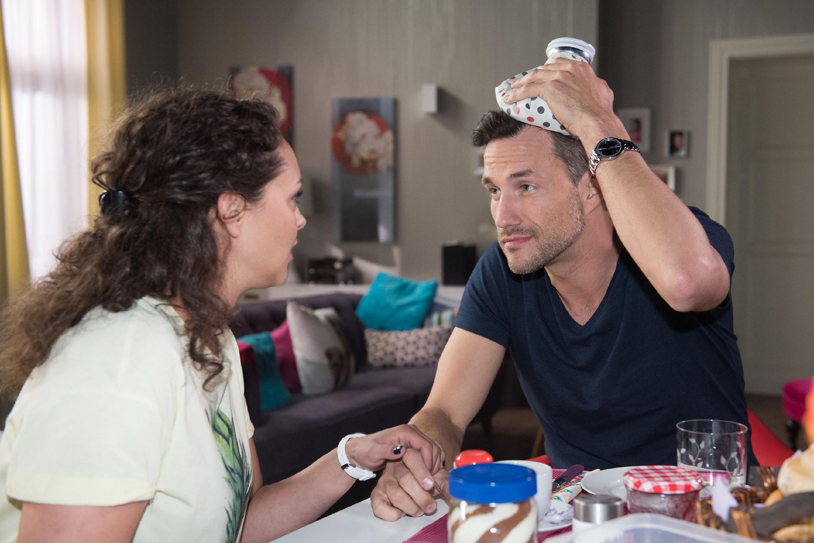 Caro (Ines Kurenbach) bedauert zutiefst, dass sie Malte (Stefan Bockelmann) versehentlich niedergeschlagen und so ihren romantischen Abend ruiniert hat.  (Quelle: © RTL / Stefan Behrens)