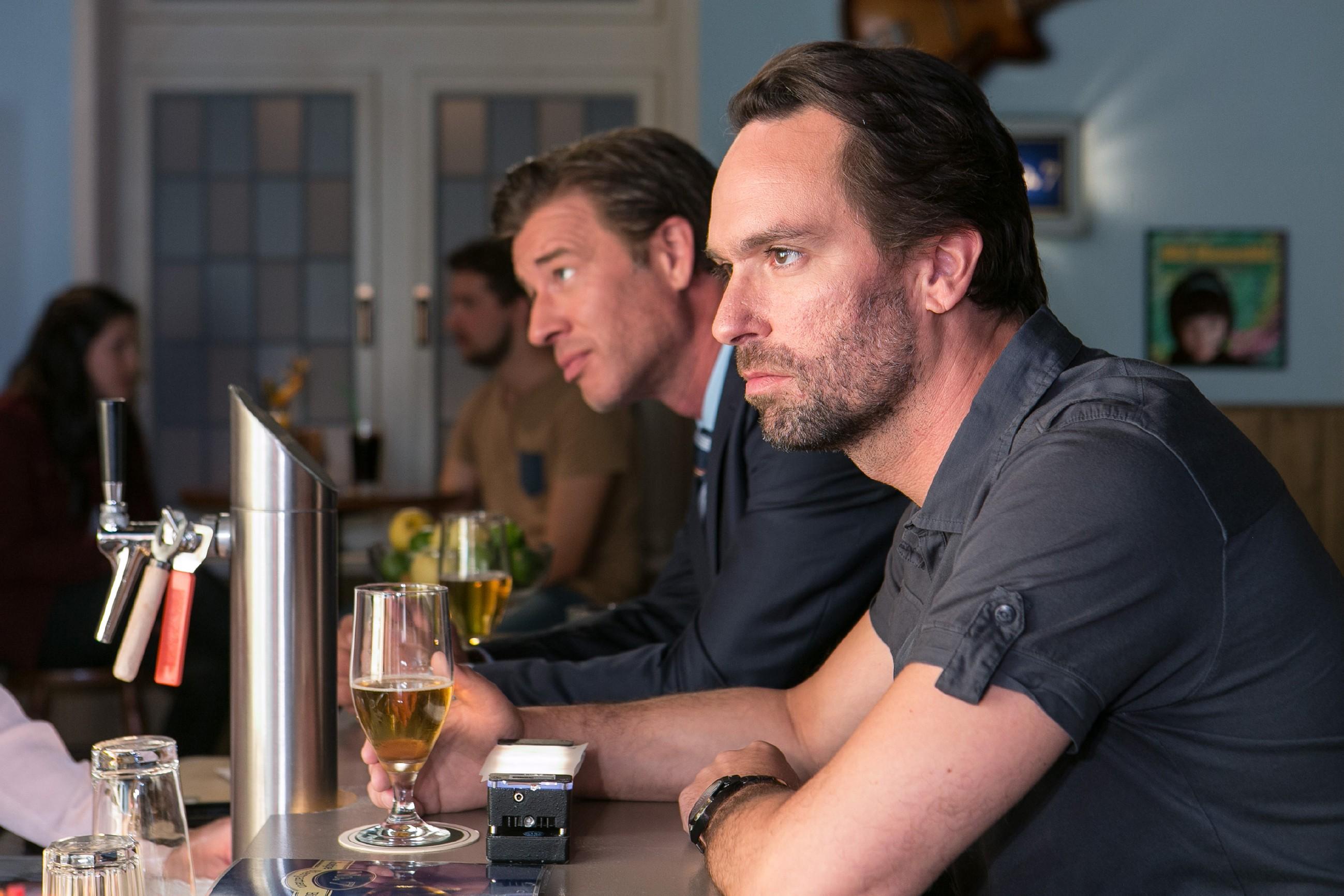 Thomas (Daniel Brockhaus, r.) sitzt mit dem deprimierten Christoph (Lars Korten) an der Theke und in ihm reift der Entschluß, um sein verlorenes Glück zu kämpfen. (Quelle: © RTL / Kai Schulz)