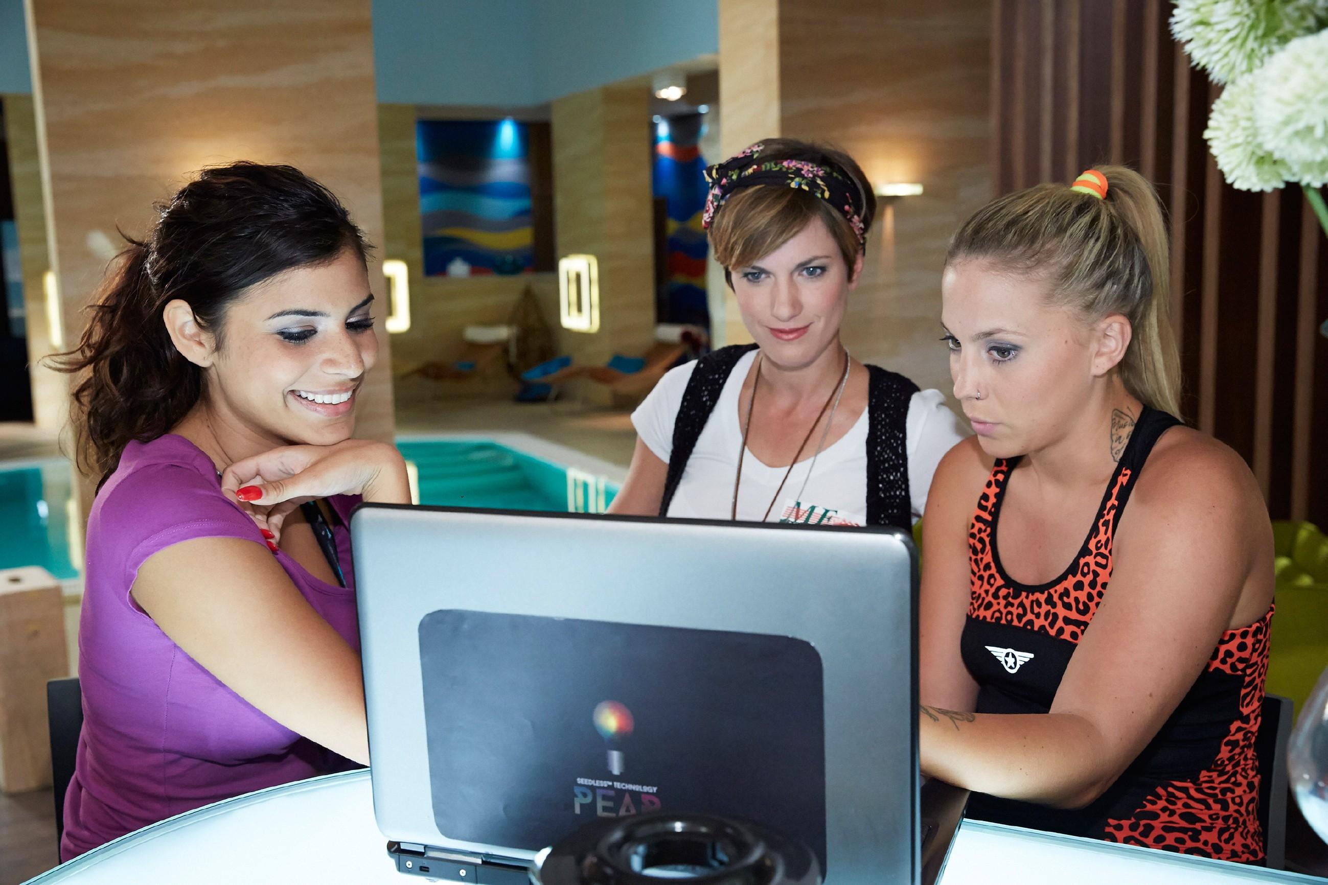 Pia (Isabell Horn, M.) versichert Iva (Christina Klein, r.) und Tina (Tanja Tischewitsch), dass sie mit ihrem Singleleben wirklich happy ist. (Quelle: © RTL / Guido Engels)
