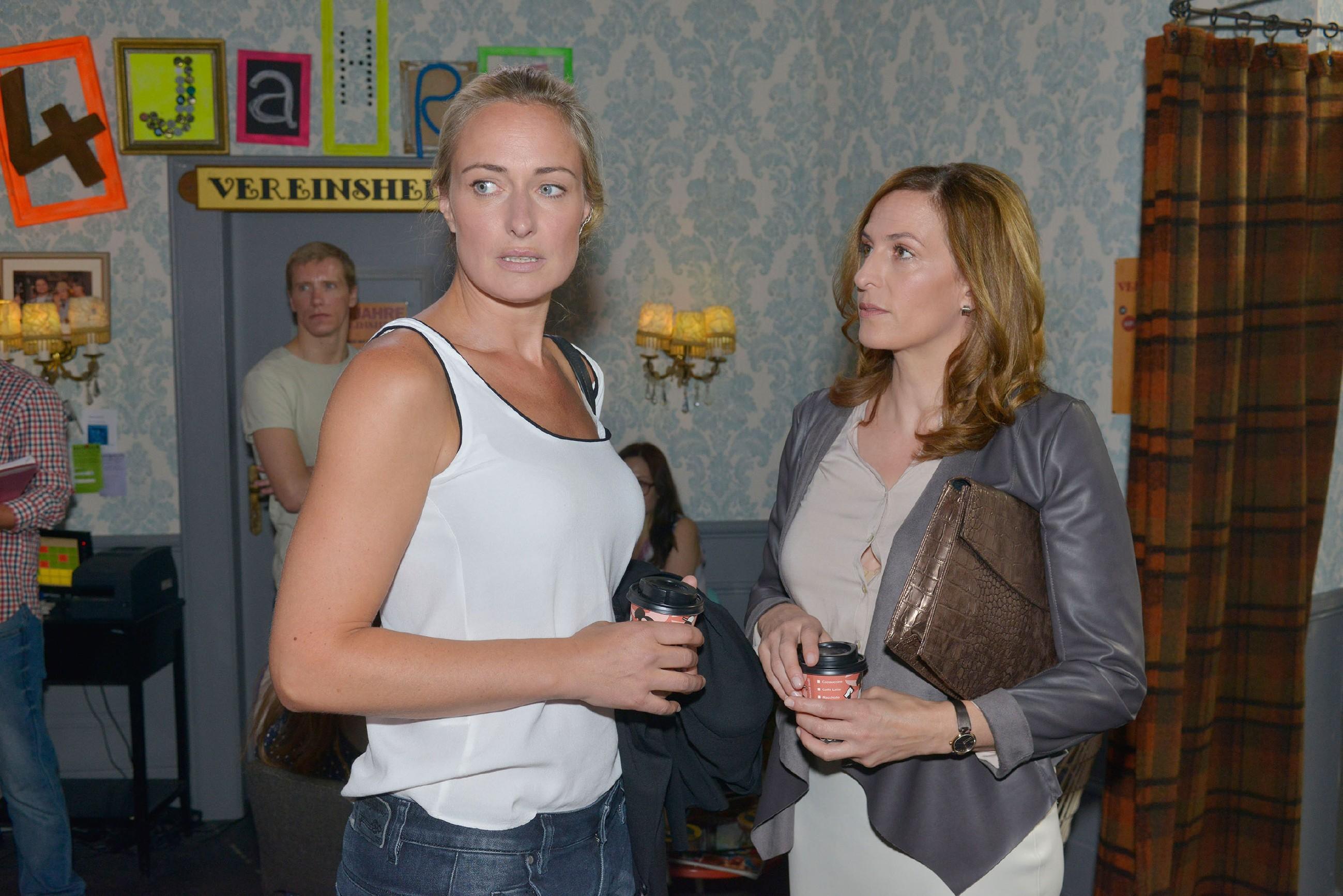 Katrin (Ulrike Frank, r.) glaubt, dass Maren (Eva Mona Rodekirchen) immer noch nicht mit Alexander abgeschlossen hat. (Quelle: © RTL / Rolf Baumgartner)