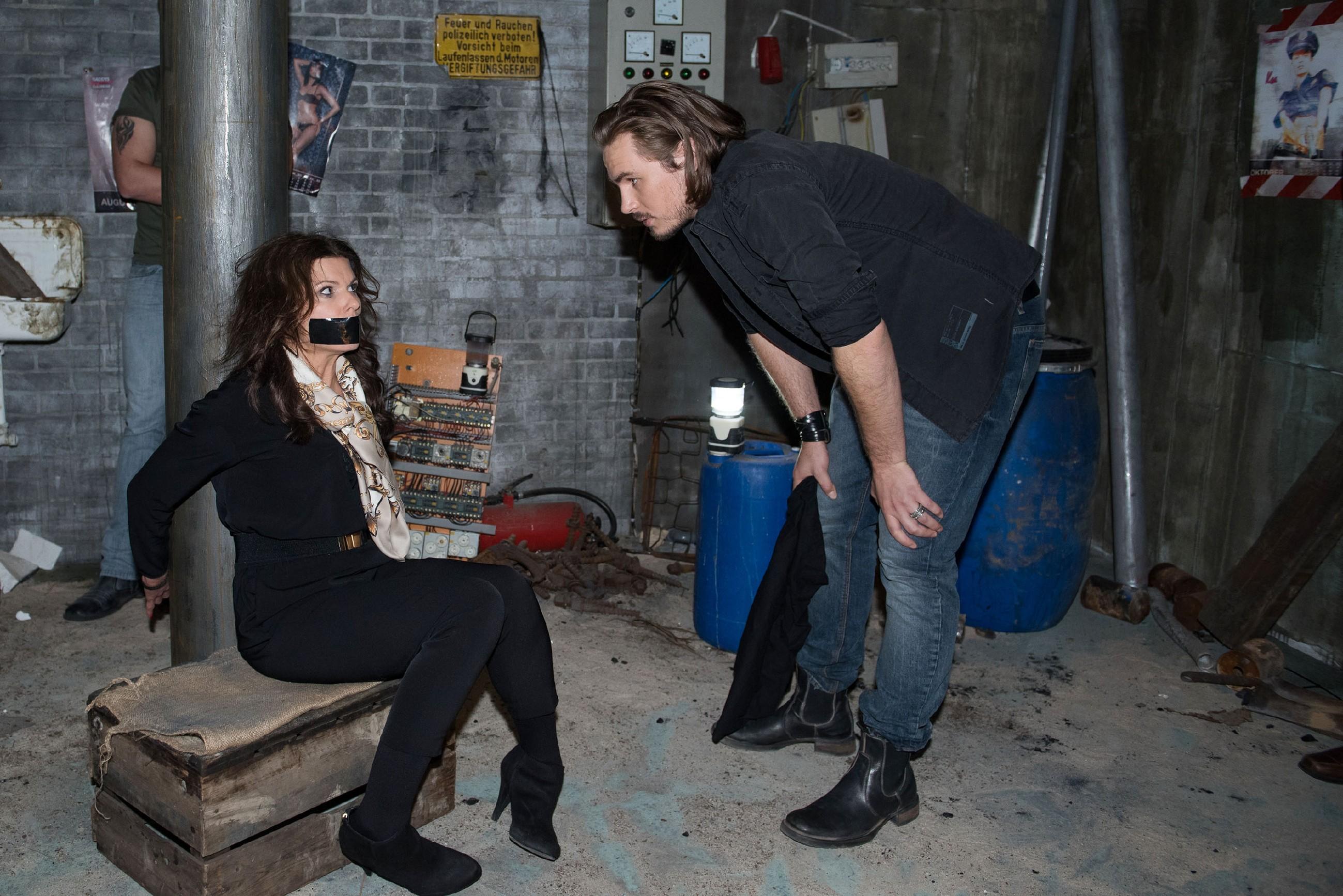 Britta (Tabea Heynig) ist aufgrund einer Verwechslung mit Jule in Schraders (Alexander Milz) Fänge geraten...