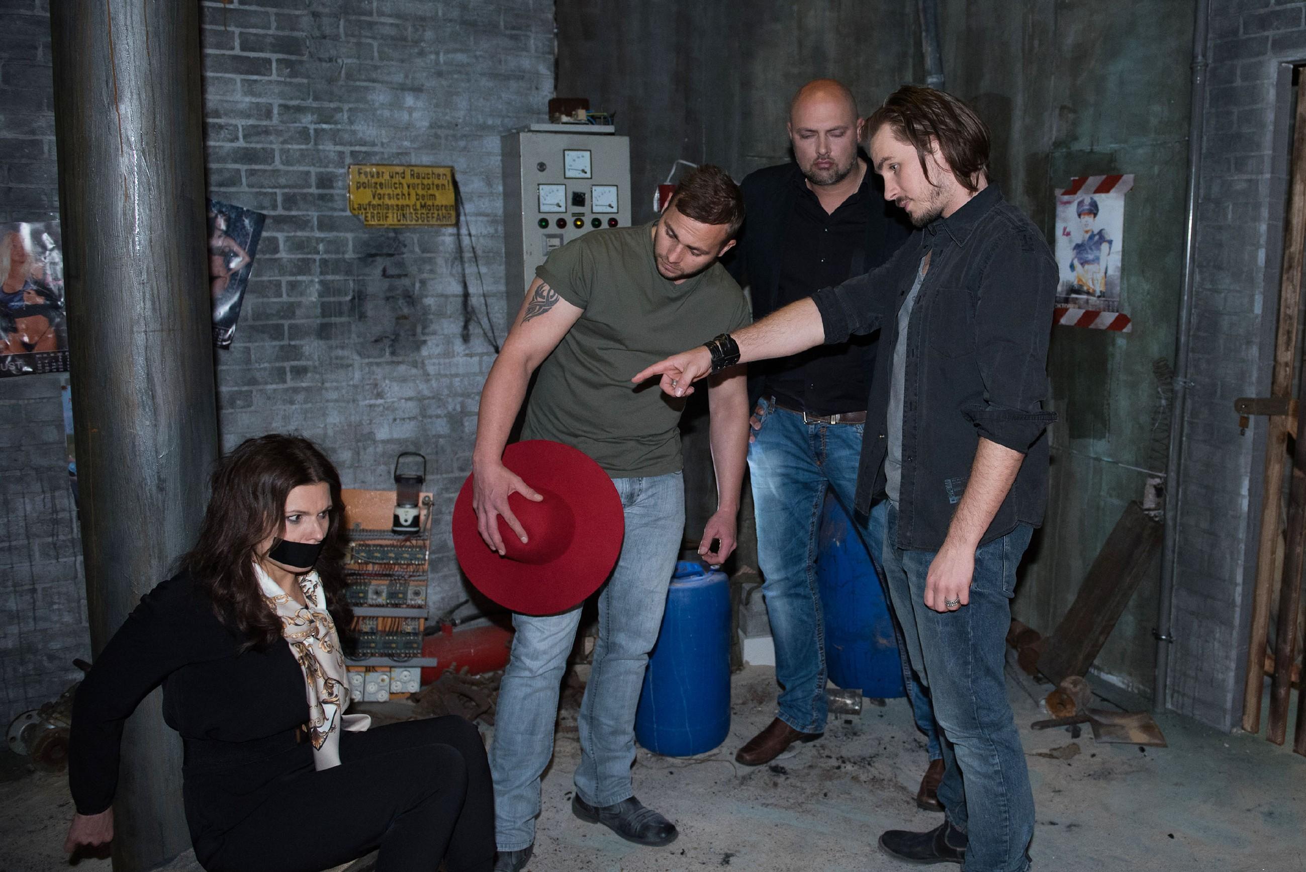 Britta (Tabea Heynig) findet sich verängstigt in den Fängen von Paul Schrader (Alexander Milz, r.) wieder, dessen Handlanger (2.v.l. Marcel Sehm, 2.v.r. Komparse) sie mit Jule verwechselt und entführt haben.