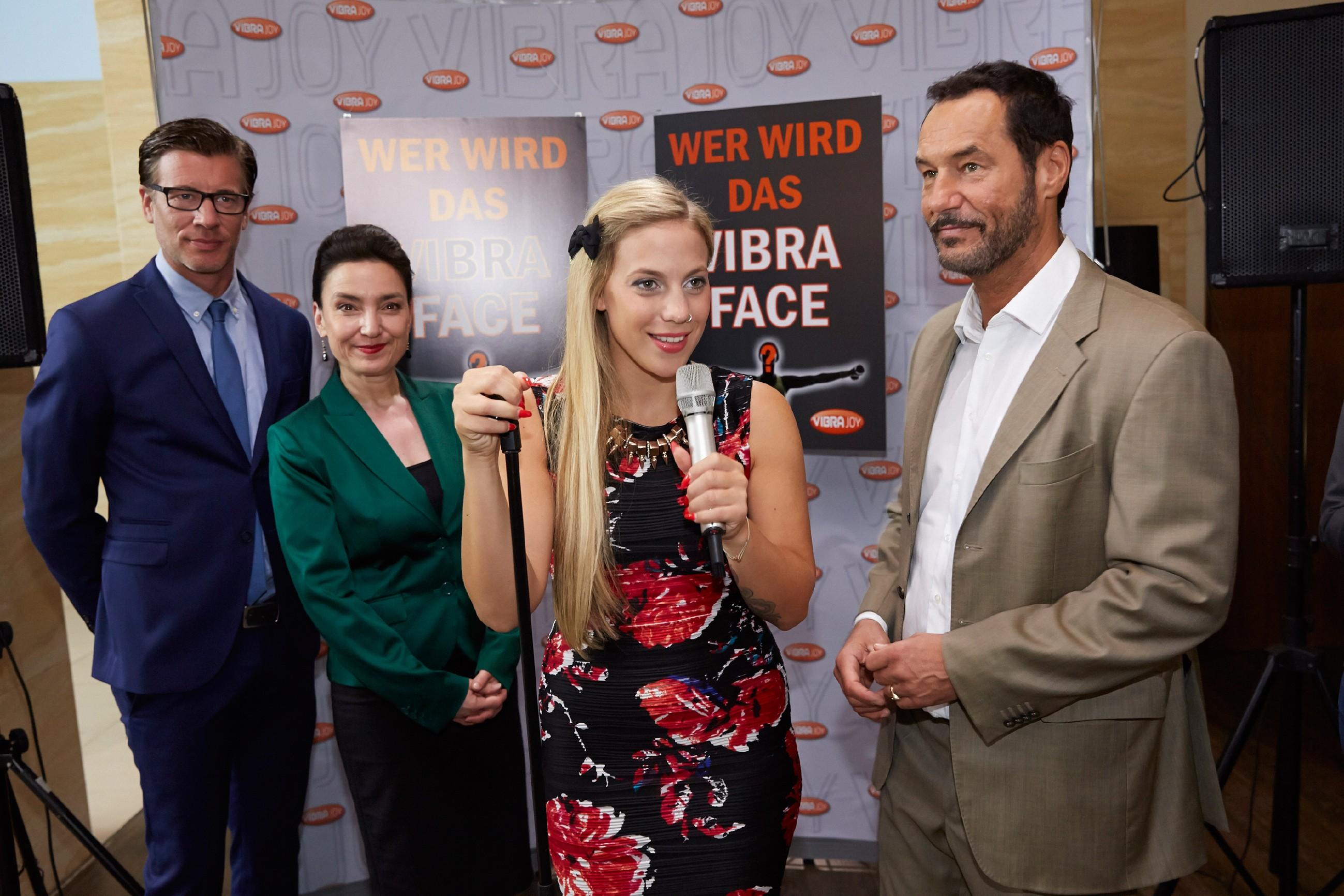 Iva (Christina Klein, 2.v.r.) zeigt sich beim Start der VibraFace-Kampagne zur Zufriedenheit von Christoph (Lars Korten, l.), Simone (Tatjana Clasing) und Richard (Silvan-Pierre Leirich) von ihrer besten Seite. (Quelle: © RTL / Guido Engels)