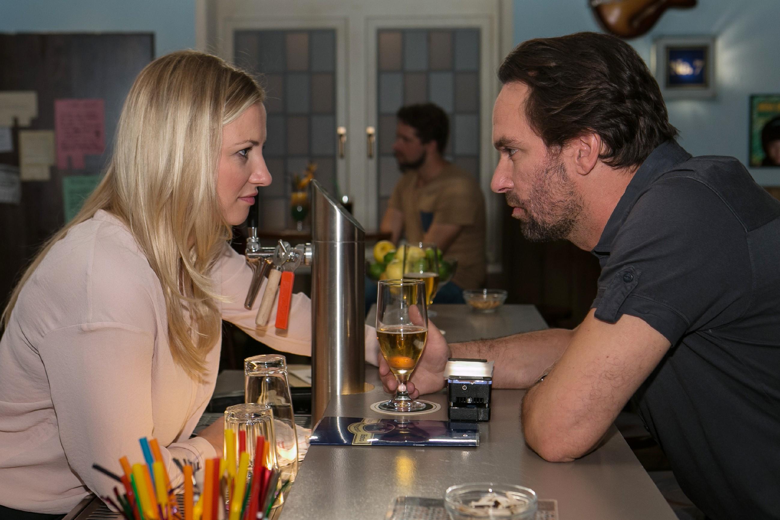 Isabelle (Ania Niedieck) ist vor den Kopf gestoßen, dass Thomas (Daniel Brockhaus) sie offenbar einfach fallen lassen will. (Quelle: © RTL / Kai Schulz)
