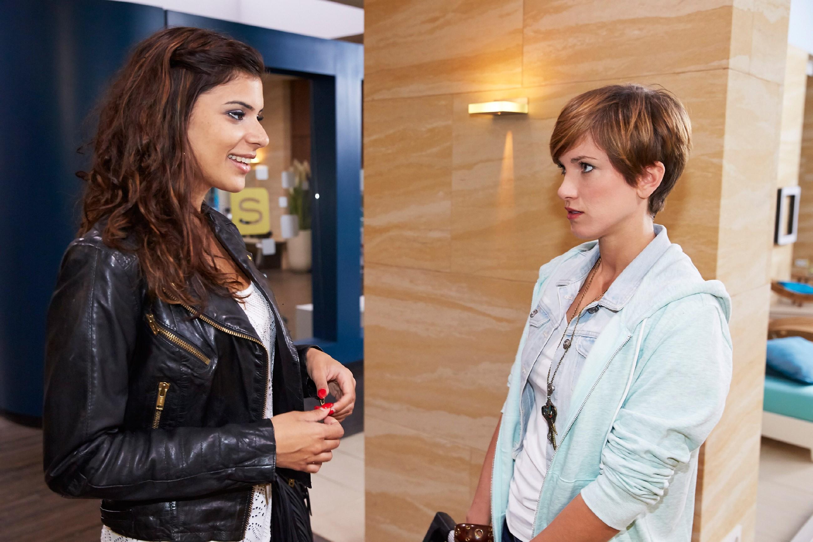 Von Veits Drohung eingeschüchtert, wagt Pia (Isabell Horn) es nicht, sich ihrer Freundin Tina (Tanja Tischewitsch) anzuvertrauen. (Quelle: © RTL / Guido Engels)