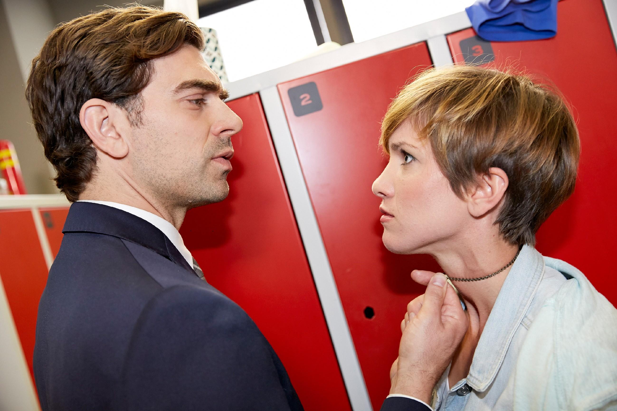 Pia (Isabell Horn) ist geschockt, als Veit (Carsten Clemens) ihr Konsequenzen androht, sollte sie sein Geheimnis auffliegen lassen... (Quelle: © RTL / Guido Engels)
