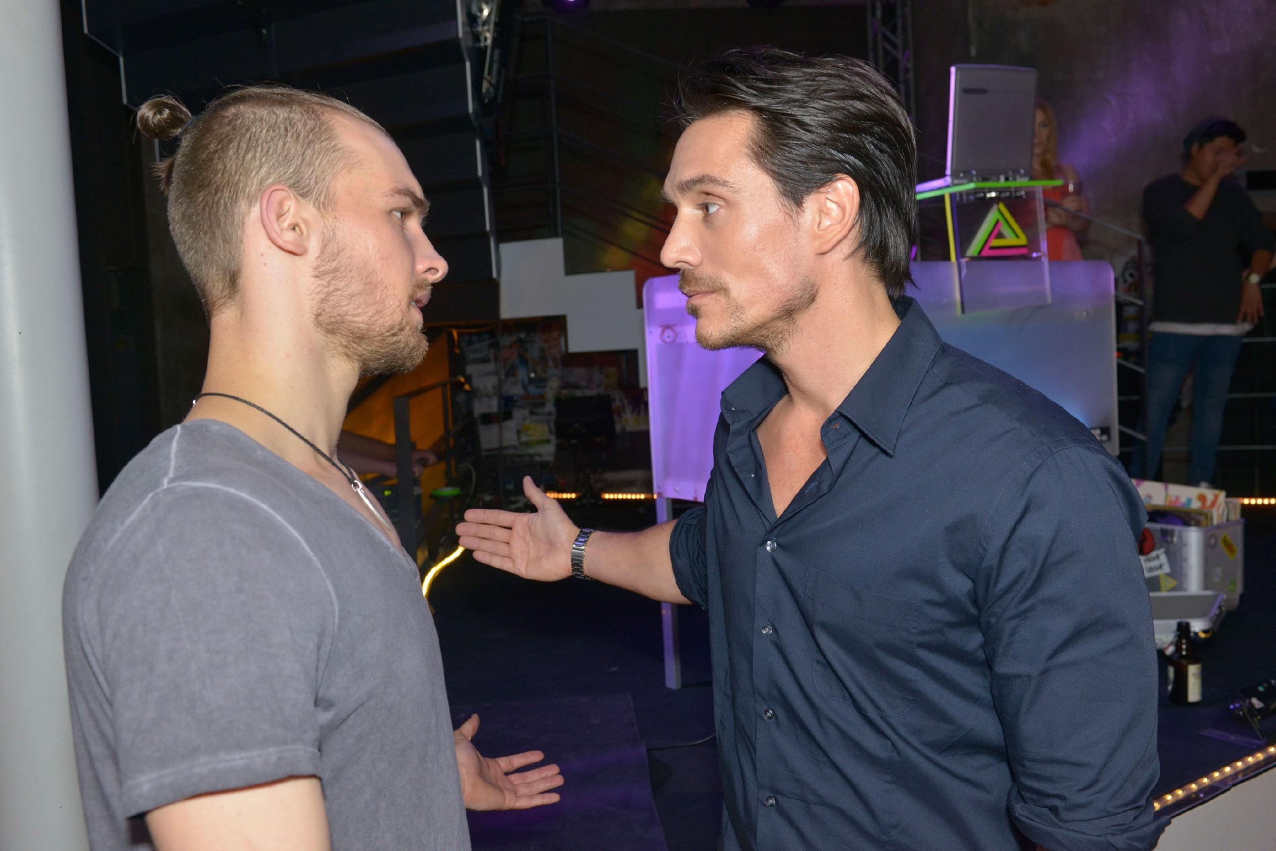Chris (Eric Stehfest, l.) versucht bei David (Philipp Christopher) ein gutes Wort für Anni einzulegen. (Quelle: © RTL / Rolf Baumgartner)