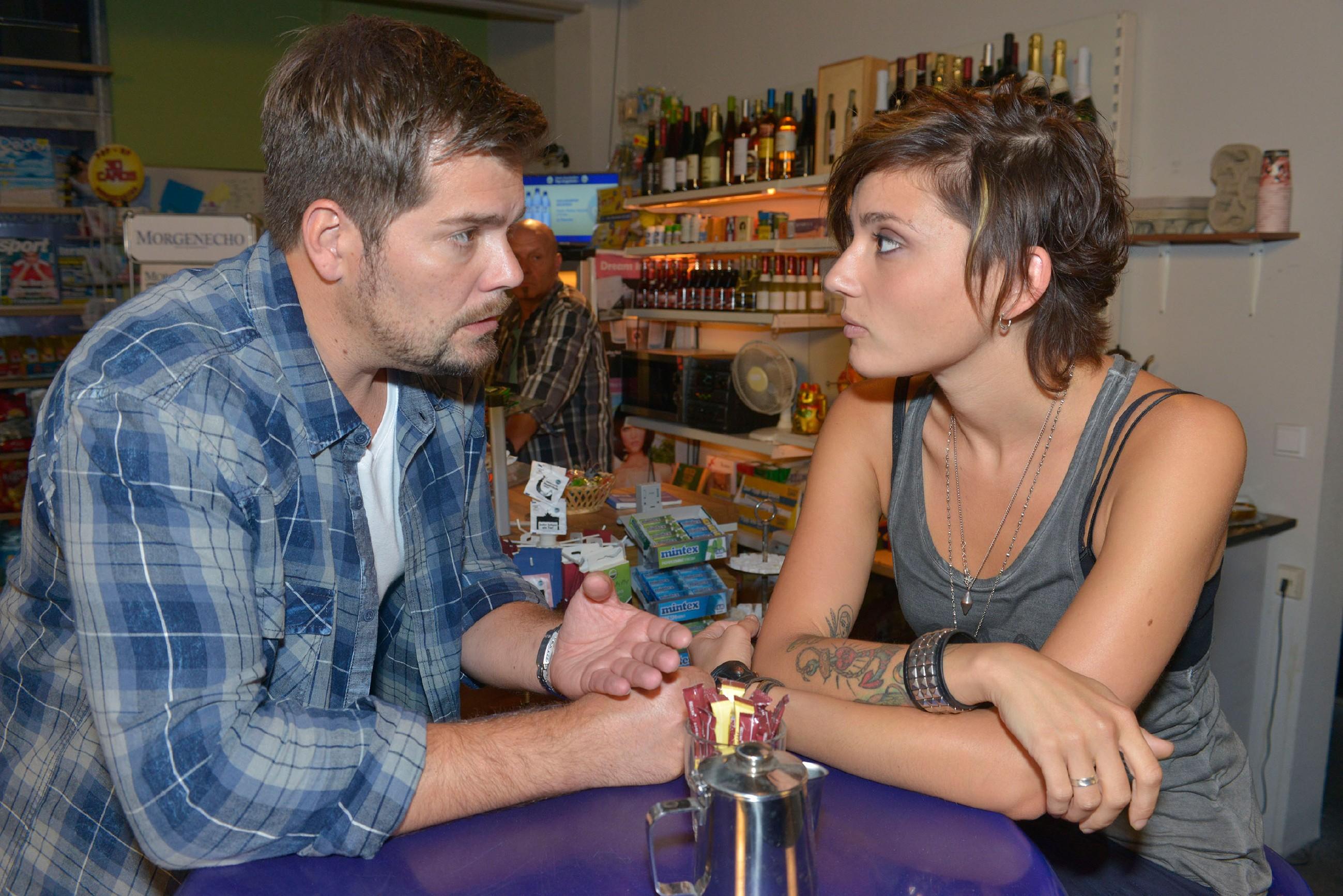Während Anni (Linda Marlen Runge) ihre Kündigung widerwillig hingenommen hat, gibt sich Leon (Daniel Fehlow) kämpferisch und will gegen Davids eigenmächtige Entscheidung vorgehen. (Quelle: © RTL / Rolf Baumgartner)