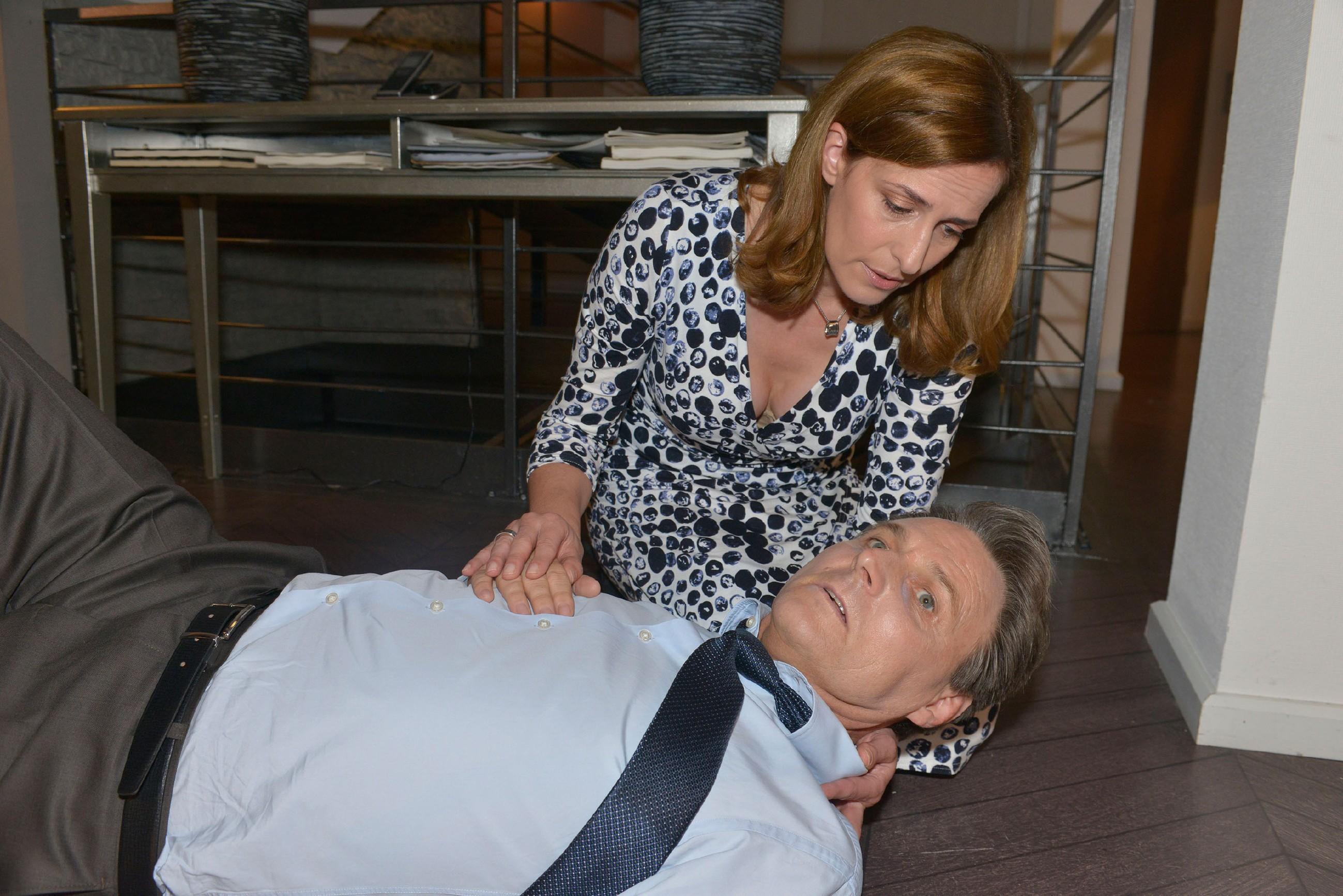 Als Gerner (Wolfgang Bahro) kollabiert, findet ihn zufällig Katrin (Ulrike Frank) und besteht darauf, dass er in die Klinik fährt. (Quelle: © RTL / Rolf Baumgartner)