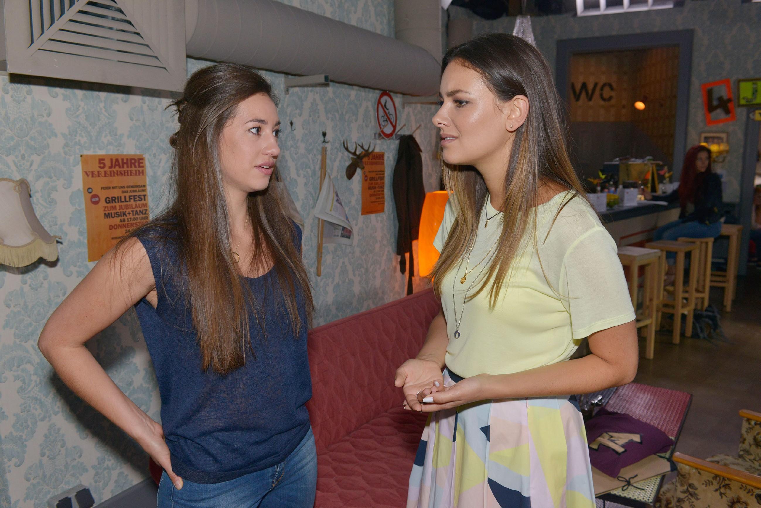 Jasmin (Janina Uhse, r.) spürt, wie enttäuscht Elena (Elena Garcia Gerlach) von Johns Verhalten ist. (Quelle: © RTL / Rolf Baumgartner)