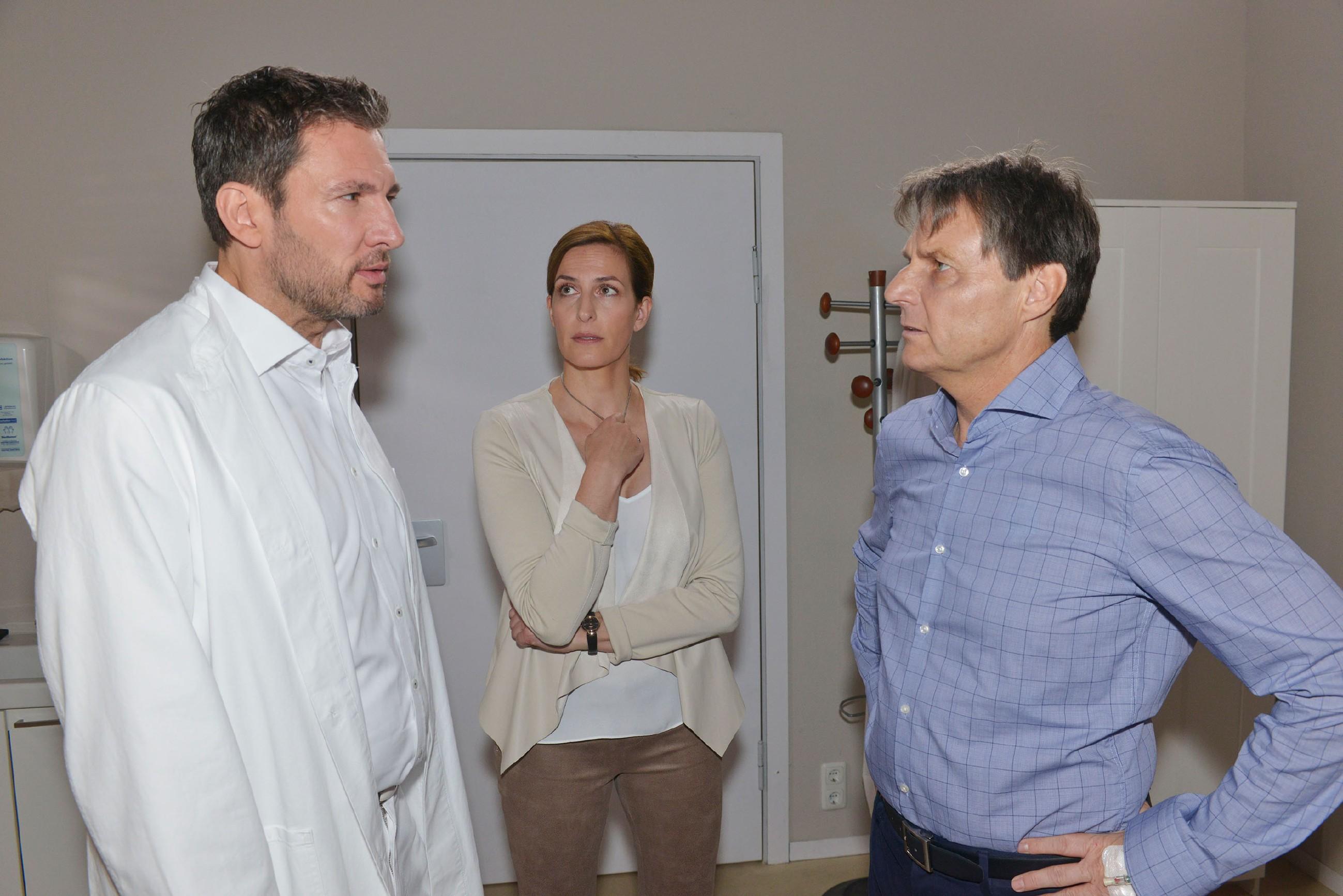 Dr. Frederic Riefflin (Dieter Bach, l.) und Katrin (Ulrike Frank) warnen Jo Gerner (Wolfgang Bahro) davor, in seinem Zustand das Krankenhaus zu verlassen. (Quelle: © RTL / Rolf Baumgartner)