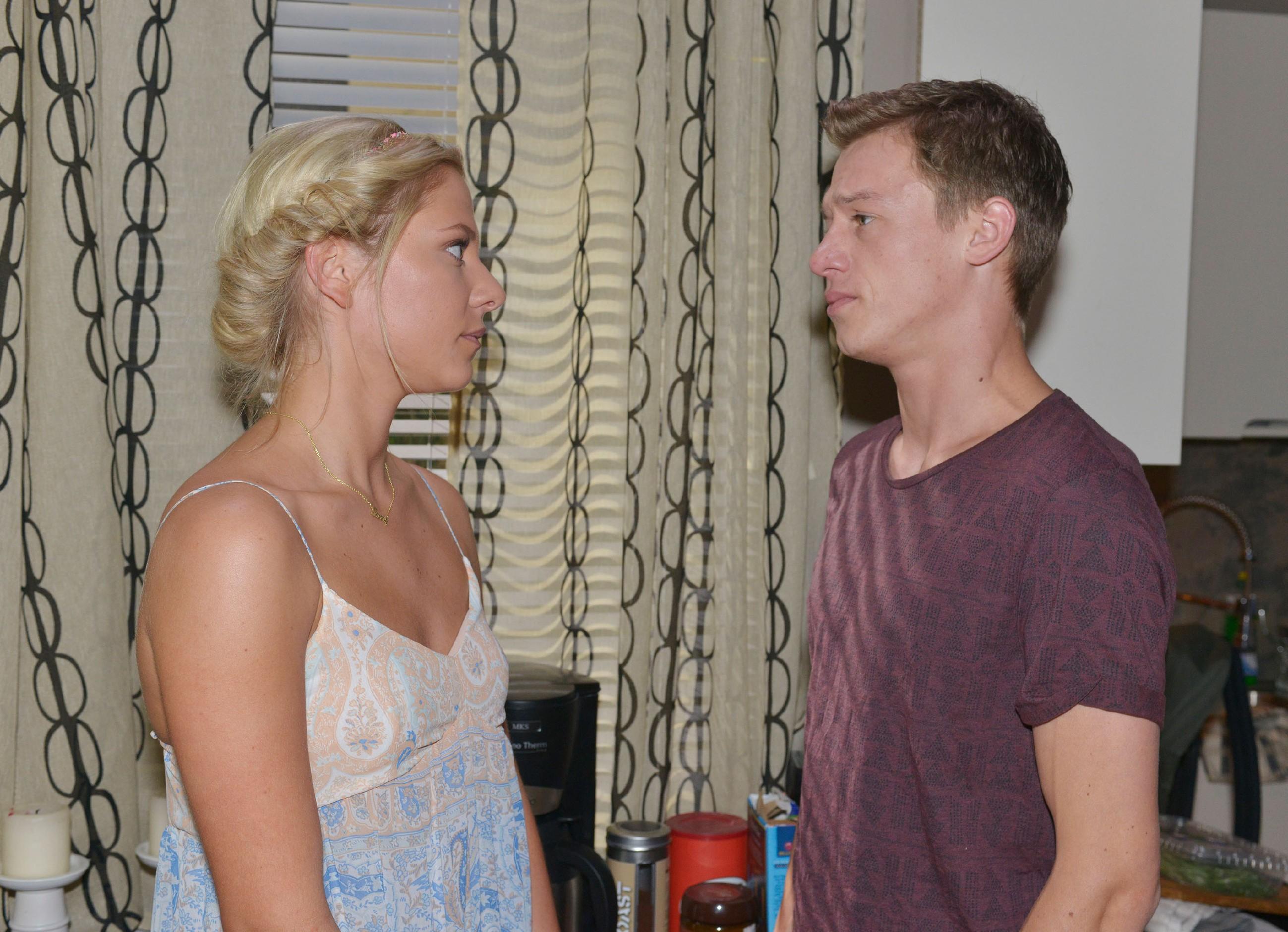 Vince (Vincent Krüger) merkt, dass sich Sunny (Valentina Pahde) Sorgen um Gerner macht.
