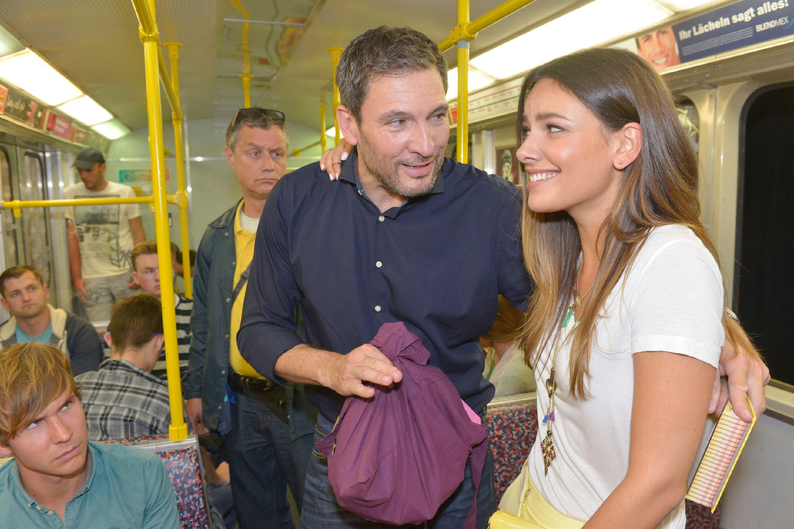 Der attraktive Dr. Frederic Riefflin (Dieter Bach) hilft Jasmin (Janina Uhse) in der Bahn aus einer unangenehmen Situation. (Quelle: © RTL / Rolf Baumgartner)