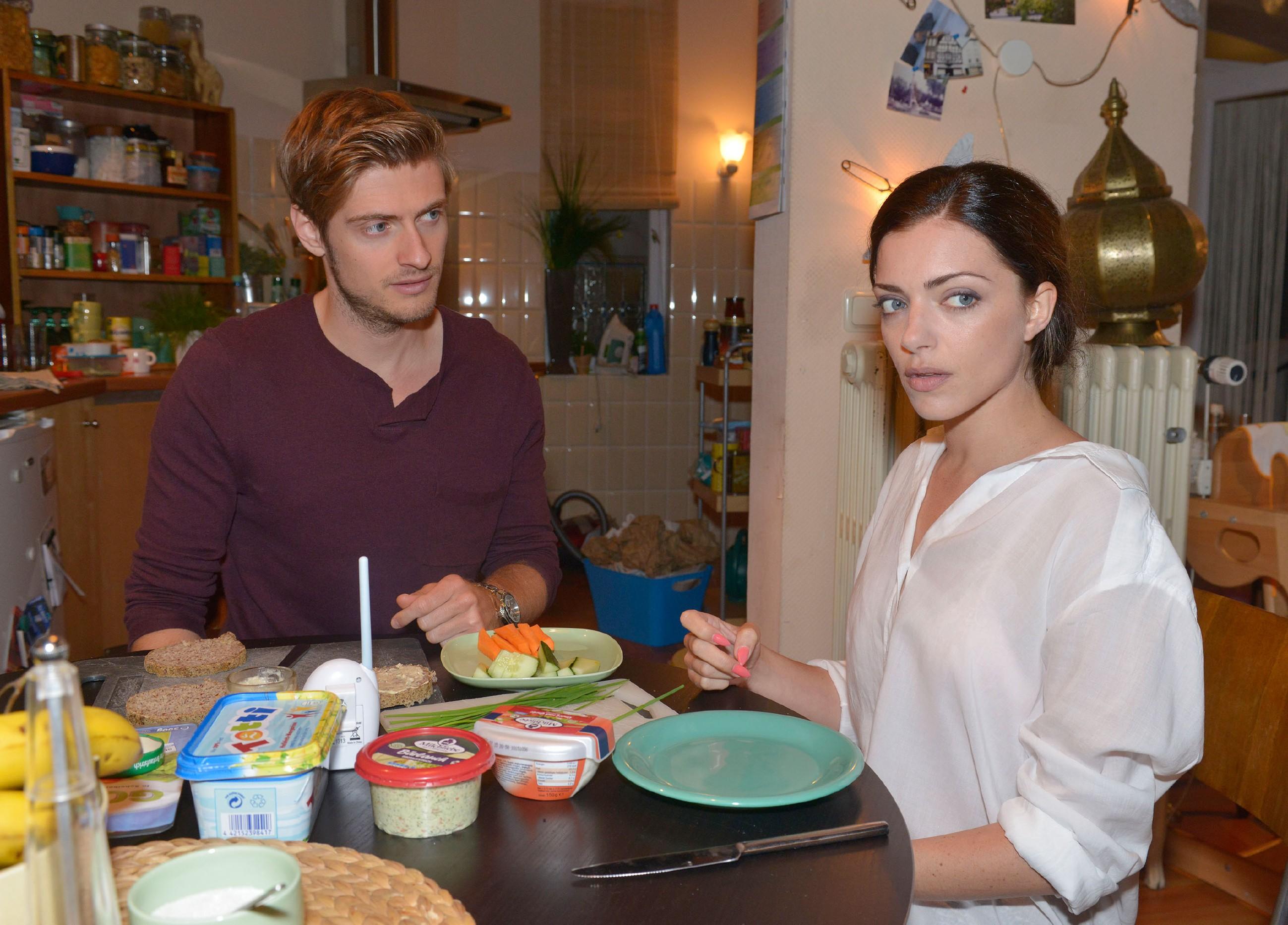 Philip (Jörn Schlönvoigt) ist überrascht, dass sich Emily (Anne Menden) wieder auf eine Beziehung mit Tayfun einlassen will. (Quelle: © RTL / Rolf Baumgartner)