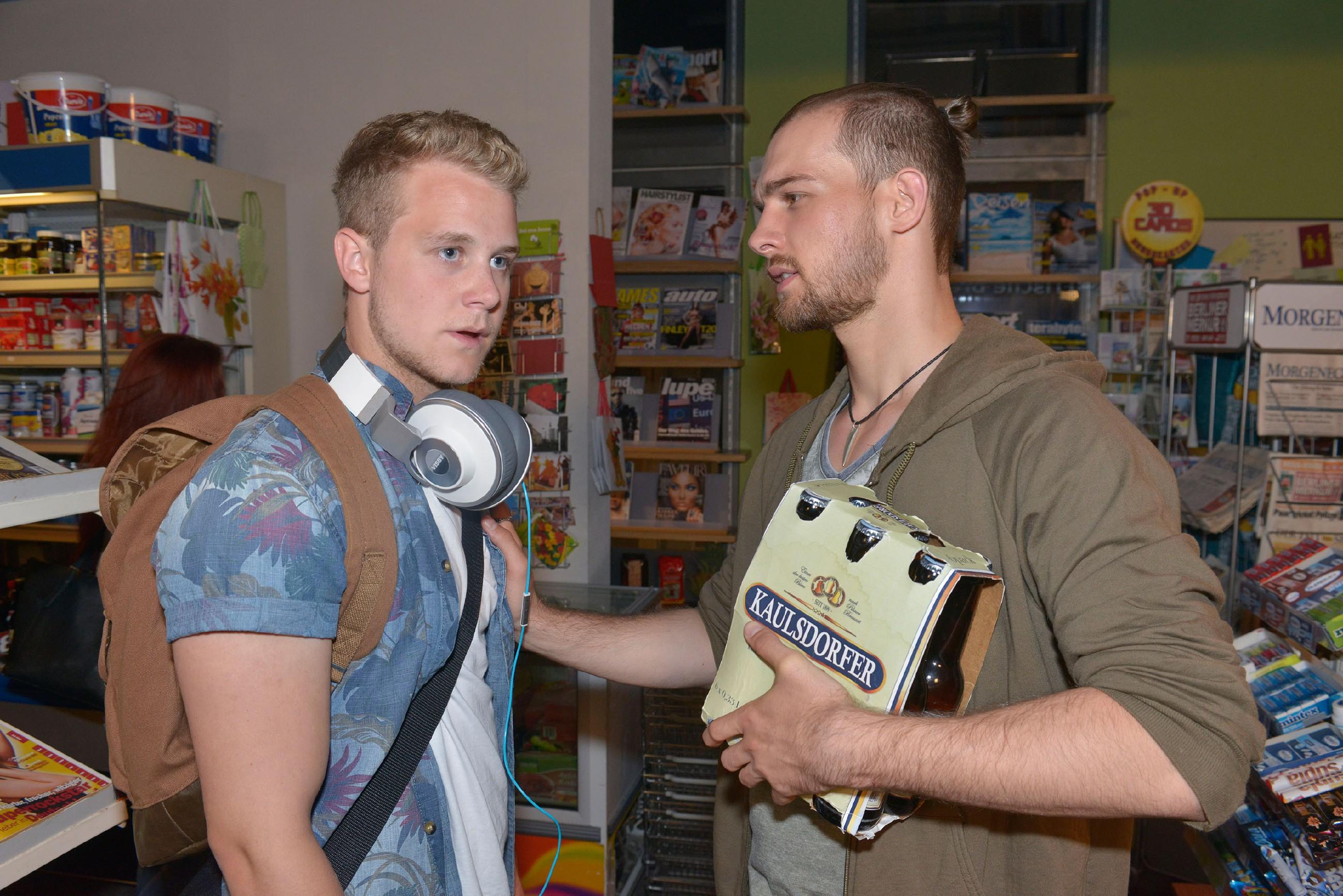 Chris (Eric Stehfest, r.) wird durch Jonas' (Felix van Deventer) abweisendes Verhalten mit seiner Schuld bezüglich Amar konfrontiert. (Quelle: © RTL / Rolf Baumgartner)