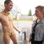 Um an Geld zu kommen, will Schmidti eine One-Man-Strip-Show in der Waschstraße aufzuziehen... Ob Emmi davon so begeistert ist? (Quelle: RTL 2) © RTL2