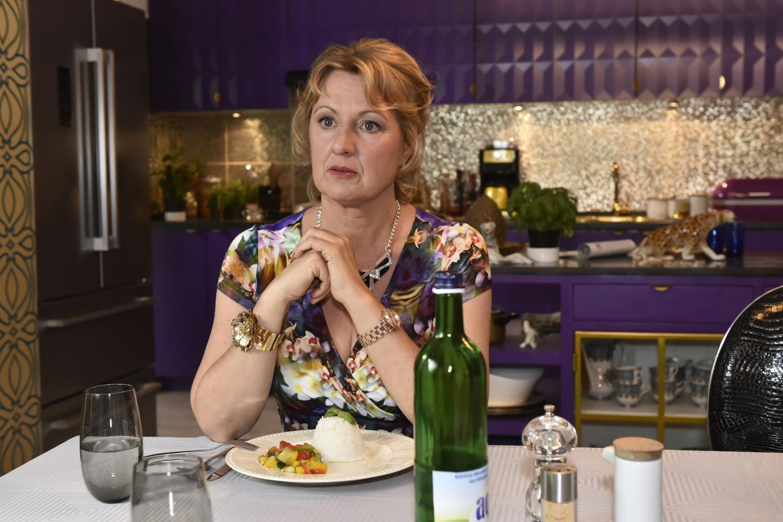 Ist von ihrer großen Tochter enttäuscht, da diese auf der Verlobungsfeier ihrer Schwester einfach abgehauen ist: Felicitas (Claudia Lietz) ... (Quelle: Sat1)