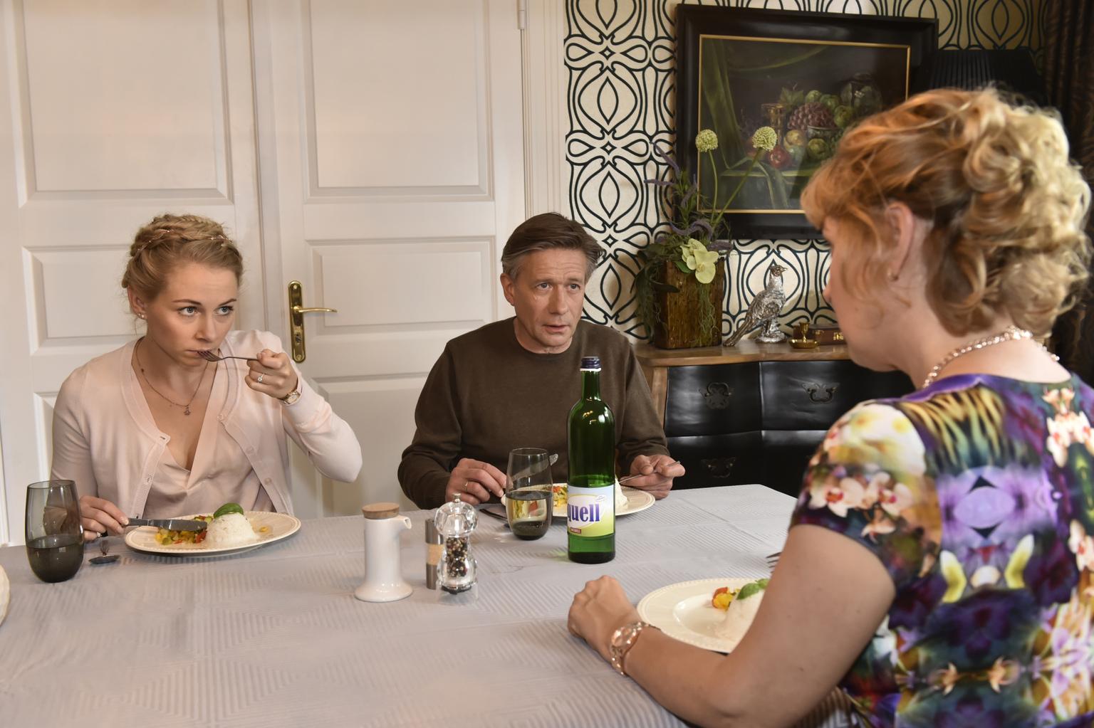 Nachdem Mila bei der Verlobungsfeier ihrer Schwester einfach abgehauen ist, herrscht schlechte Stimmung daheim: (v.l.n.r.) Luisa (Jenny Bach), Hendrik (Stephan Baumecker) und Felicitas (Claudia Lietz) ... (Quelle: Sat1)