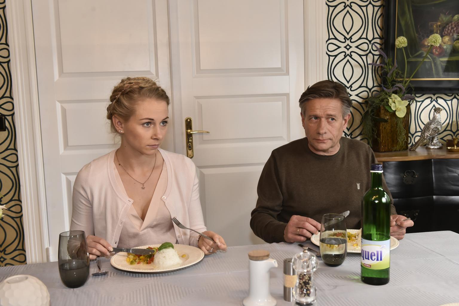 Sind Luisa (Jenny Bach, l.) und Hendrik (Stephan Baumecker, r.) ebenfalls von Mila enttäuscht? (Quelle: Sat1)
