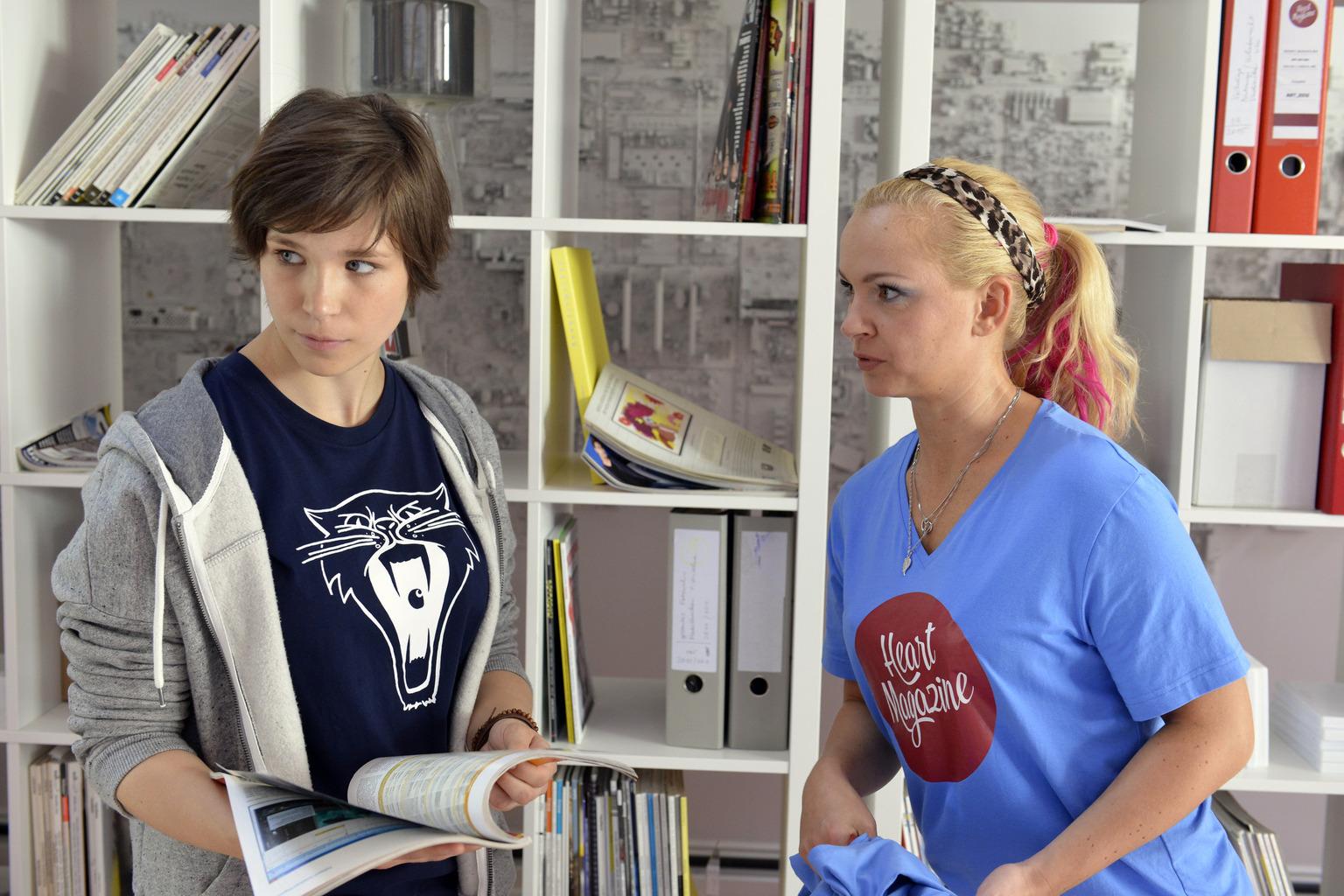Kann Nadine (Sarah Schindler, r.) die aufgebrachte Kathy (Nika Weckler, l.) beruhigen, damit sie Nils' Abweisung nicht so ernst nimmt? (Quelle: Sat1)
