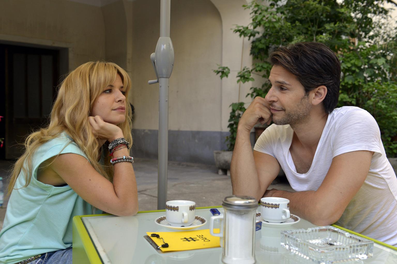 Mila (Susan Sideropoulos, l.) wagt sich in die Höhlen der Dating-Online-Portale. Nick (Florian Odendahl, r.) versucht alles, sie davon abzubringen, aber scheitert zunächst ... (Quelle: Sat1)