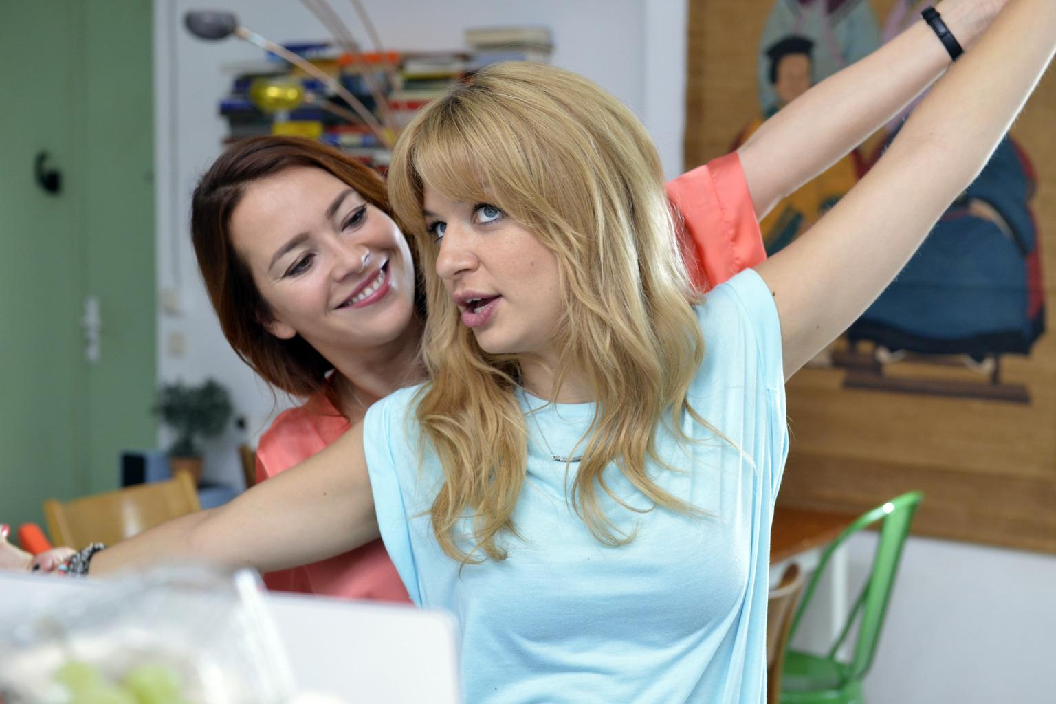 Sally (Laura Osswald, l.) bestärkt Mila (Susan Sideropoulos, r.) darin, auf Dating-Portalen nach ihrem Traummann zu suchen. Eine gute Idee? (Quelle: Sat1)