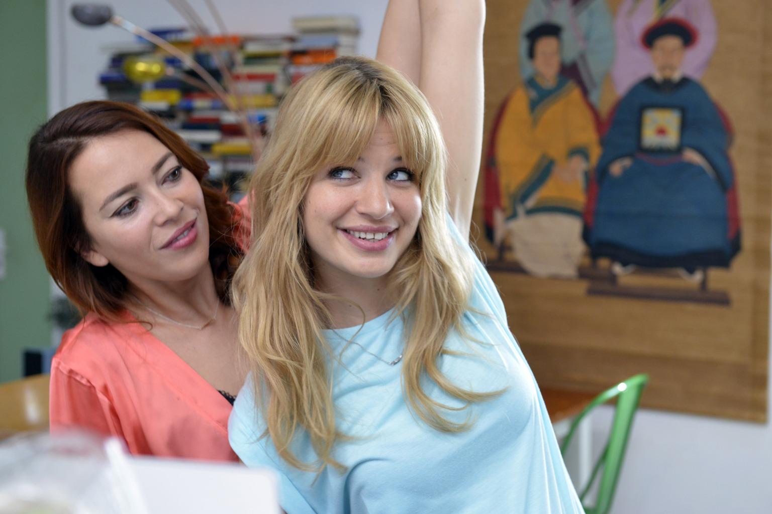 Eigentlich ist sich Mila (Susan Sideropoulos, r.) nicht sicher, ob sie online über ein Dating-Portal ihren Traummann suchen soll. Doch Sally (Laura Osswald, l.) bestärkt sie darin ... (Quelle: Sat1)