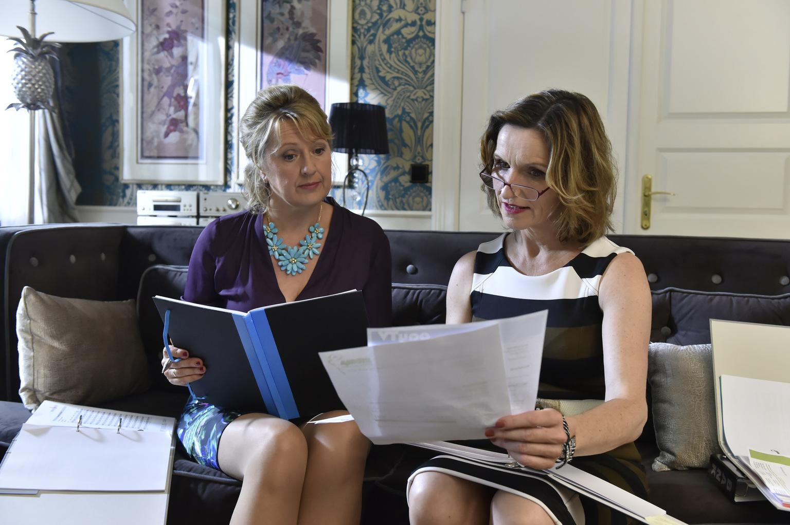 Planen auf Kosten von Gül, einen entscheidenden Sparschnitt: Felicitas (Claudia Lietz, l.) und Sylvia (Eva Mannschott, r.) ... (Quelle: Sat1)