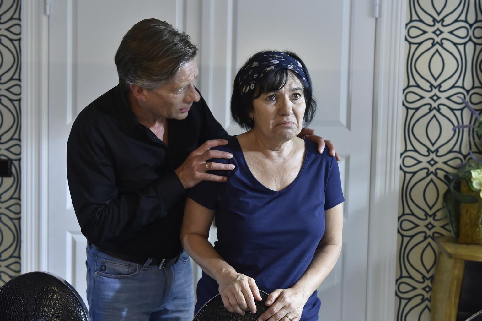 Während Theresa eine Liebeserklärung von ihrer Daueraffäre erhält, versucht Hendrik (Stephan Baumecker, l.) Gül (Özay Fecht, r.) zu trösten, nachdem sie von Felicitas gekündigt wurde ... (Quelle: Sat1)