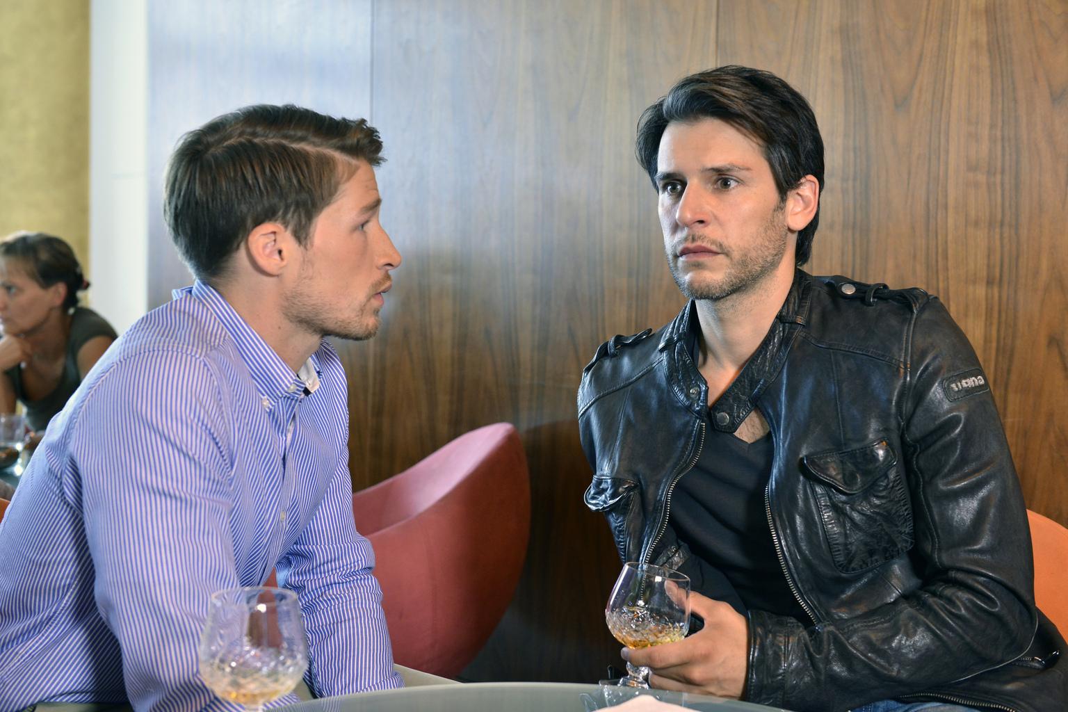 Bei einem Erotikseminar für Männer trifft Nick (Florian Odendahl, r.) auf Julian (Oliver Bender, l.), der den Orgasmus seiner Verlobten angehen will ... (Quelle: Sat1)