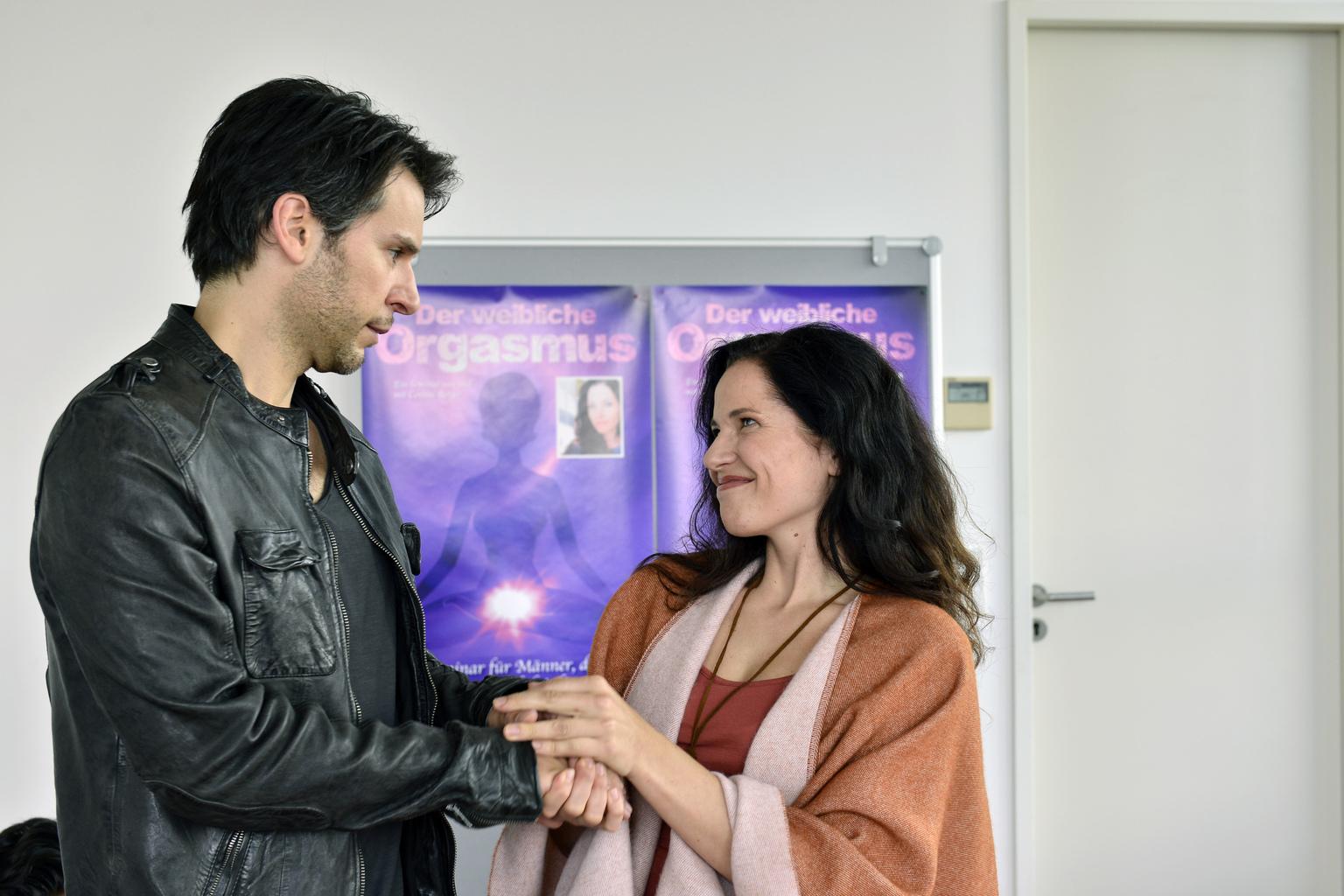 Mila besucht zusammen mit Nick (Florian Odendahl, l.) ein Erotikseminar für Männer. Dort lernen sie Cosima Berger (Katja Frenzel, r.) kennen - eine ganz besondere Frau ... (Quelle: Sat1)