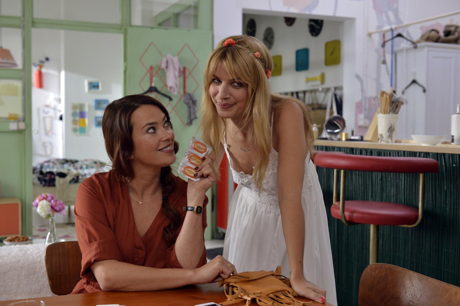 Kann Sally (Laura Osswald, l.) Mila (Susan Sideropoulos, r.) überreden, ihr Casual-Sex Date mit Ralph nicht abzublasen? (Quelle: Sat 1)